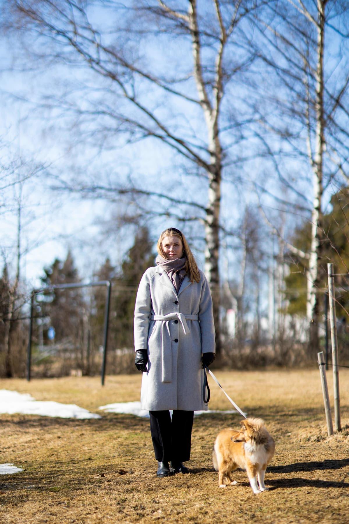 Laura Karjalainen ja Åke ulkoilemassa.