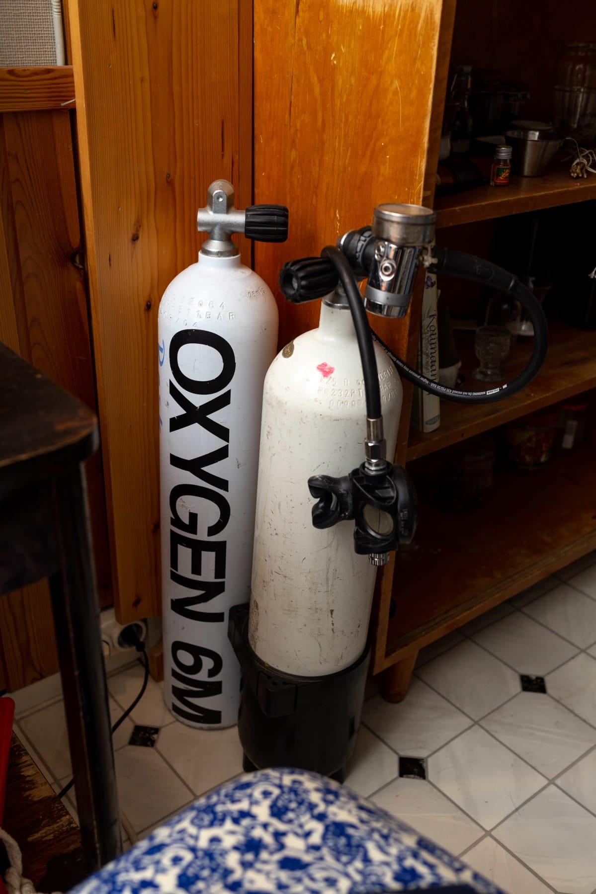 Suuri pullo, jossa lukee Oxygen.
