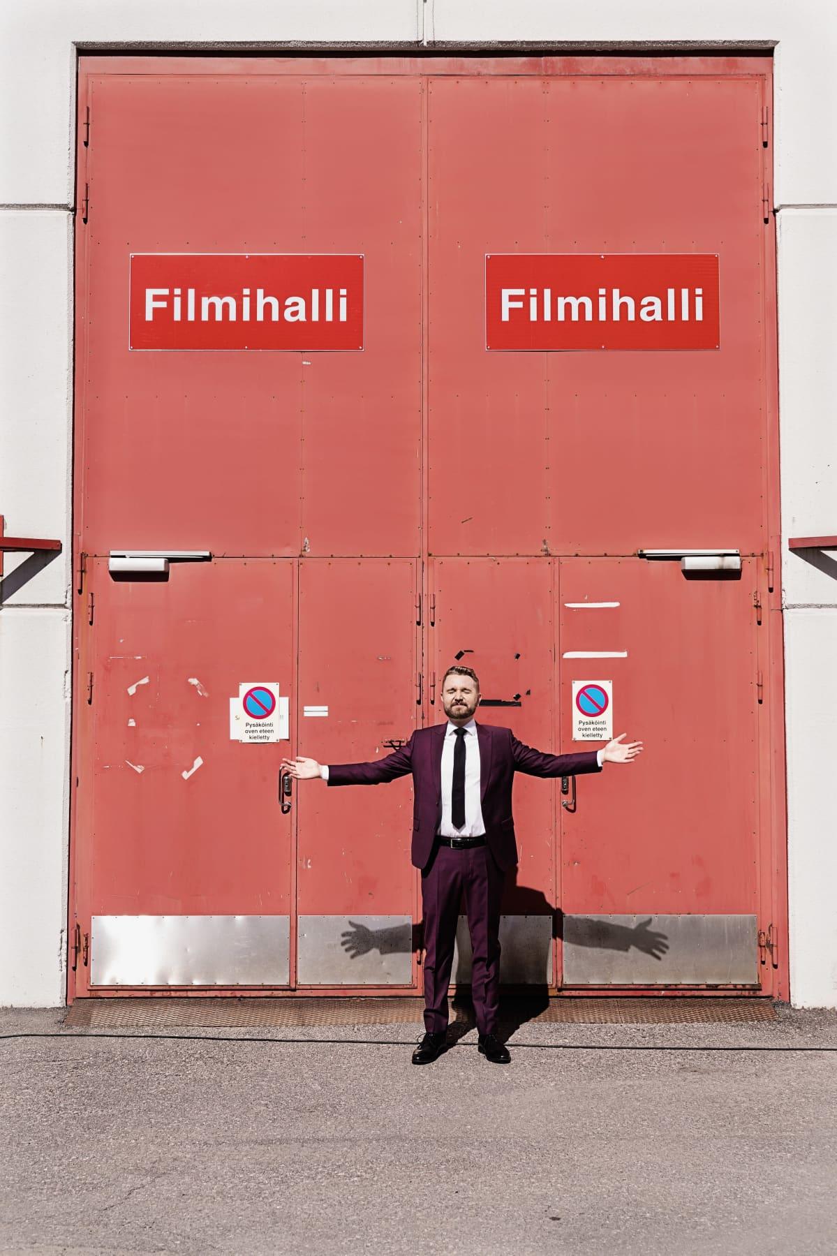 Puettuaan esiintymispuvun päälle, Joonas Nordman seisahtaa maikkarin filmihallien ovelle kirkaasta kirkaampaan auringonpaisteeseen.
