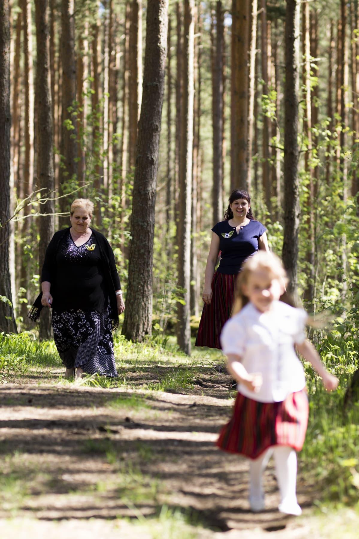 Vesikin äiti Mareka Vesik (vas.) on joka viikko apuna lastenhoidossa.