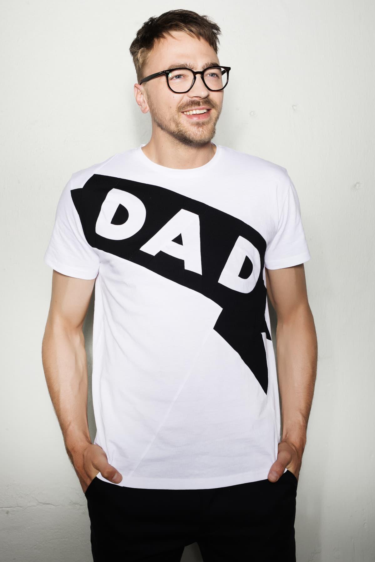 t-paita miehen päällä, siinä lukee dad
