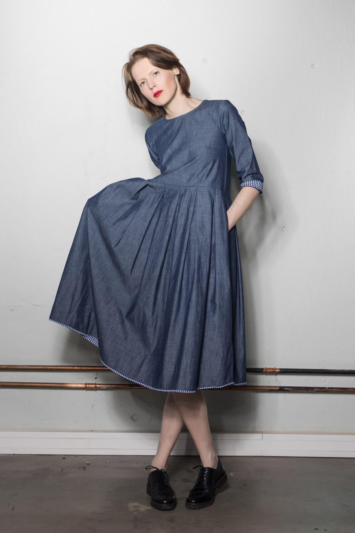 sininen mekko naisen päällä