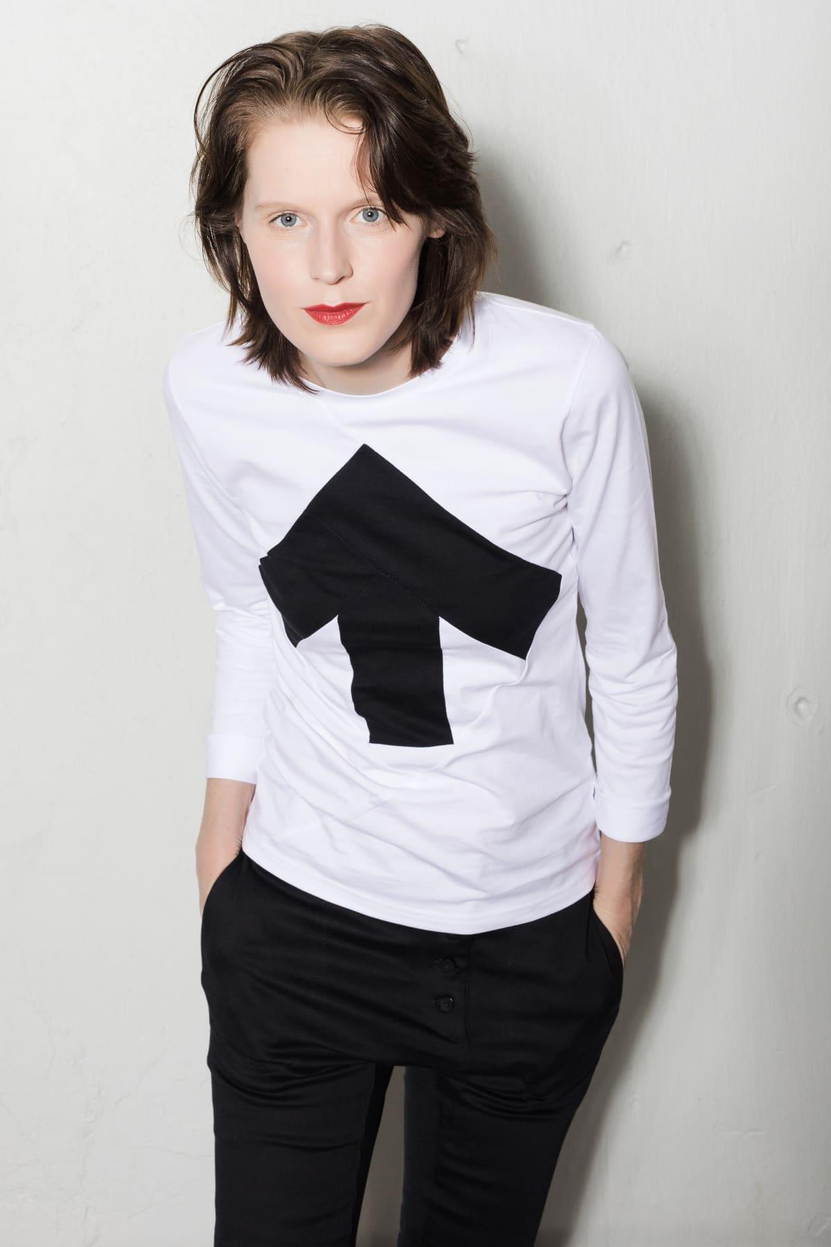 naisen päällä nuolella varustettu t-paita
