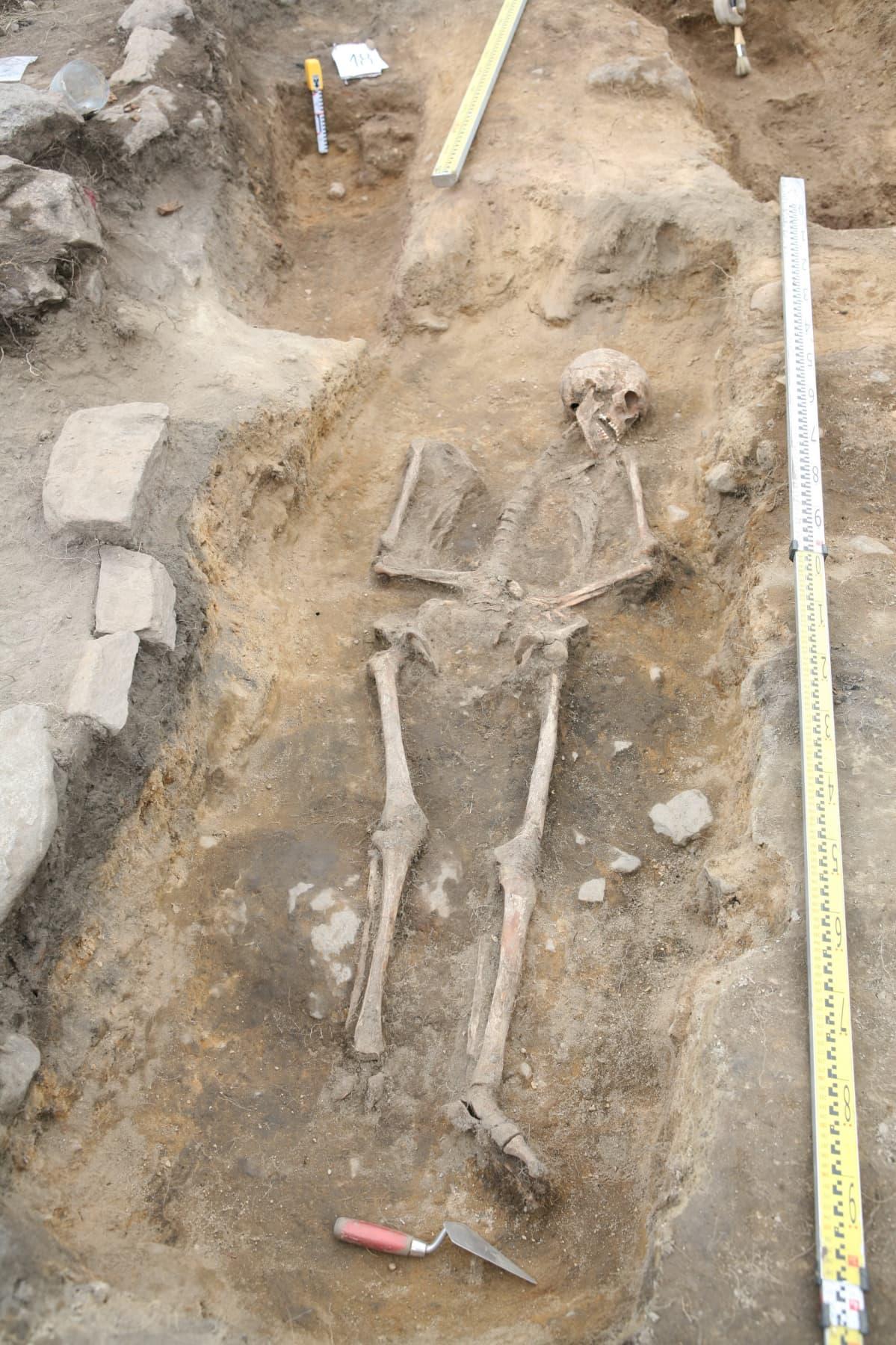 Keskiaikainen hauta Hiitolan Kylälahden Kalmistomäeltä