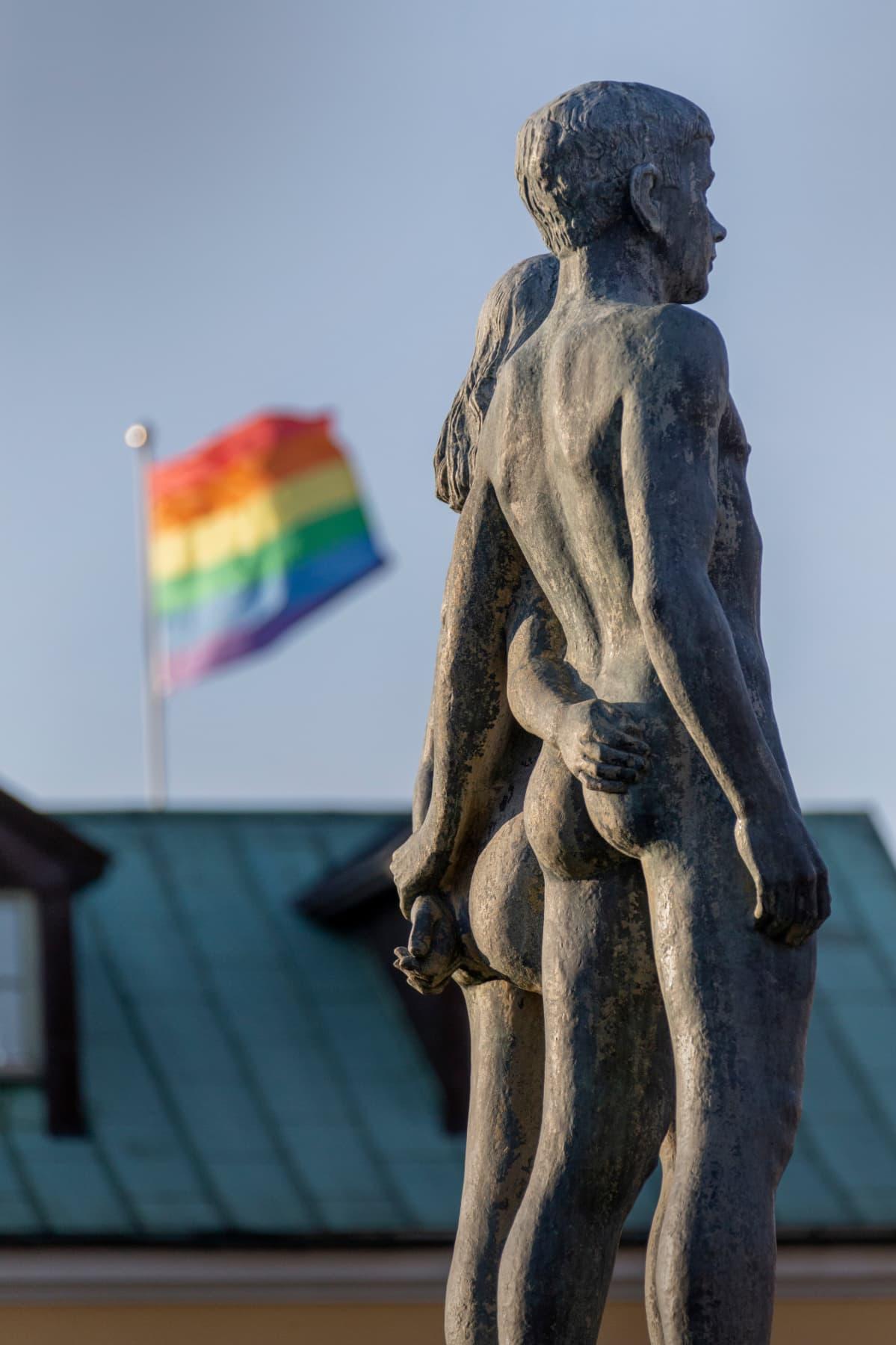 Pohjoismaisen mytologian ensimmäinen mies ja nainen Ask ja Embla, taustalla sateenkaarilippu