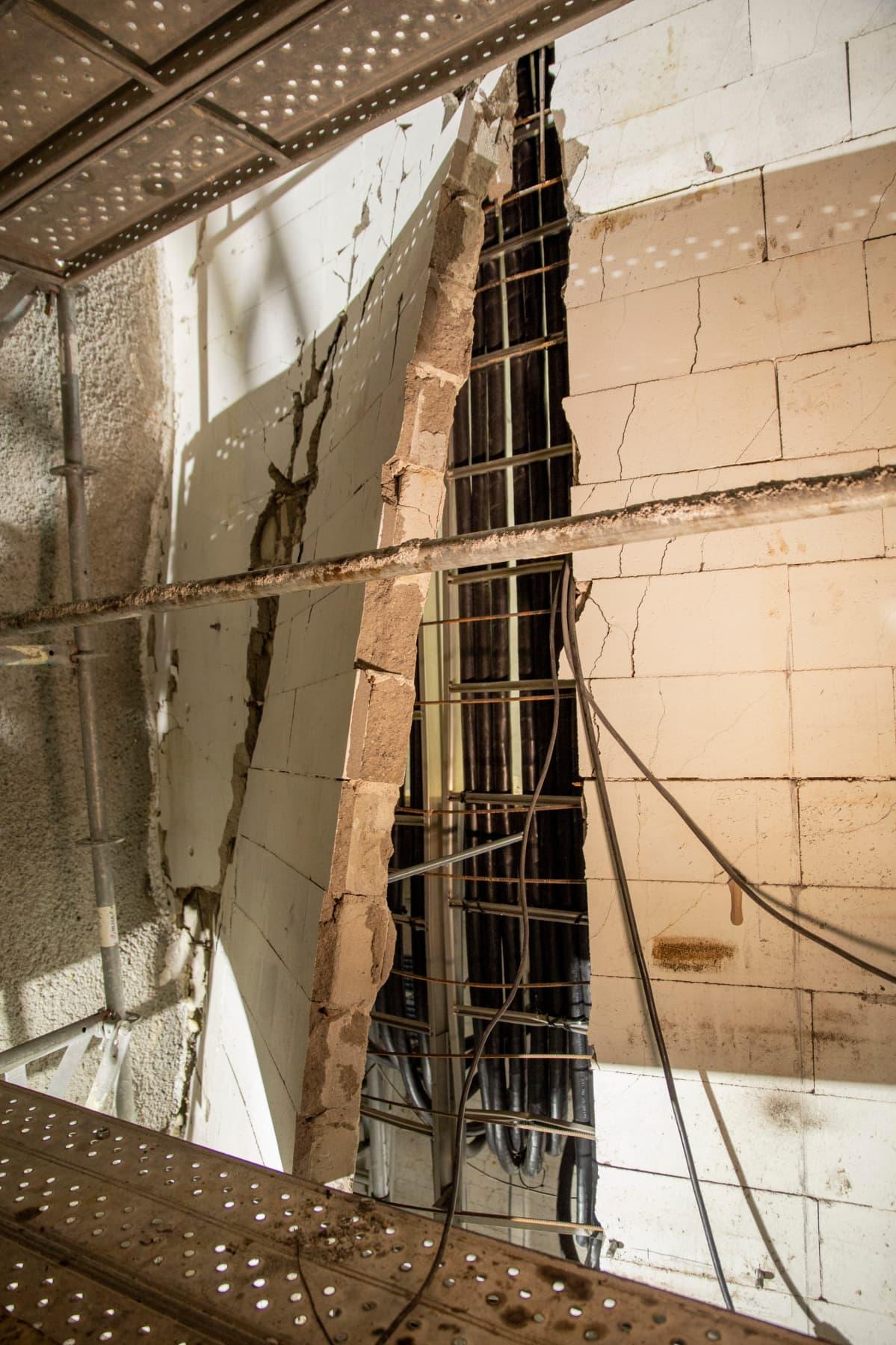 Vesivuodon seurauksena haljennut hissikuilun seinä Helsigin päärautatieaseman ja metroaseman välillä.