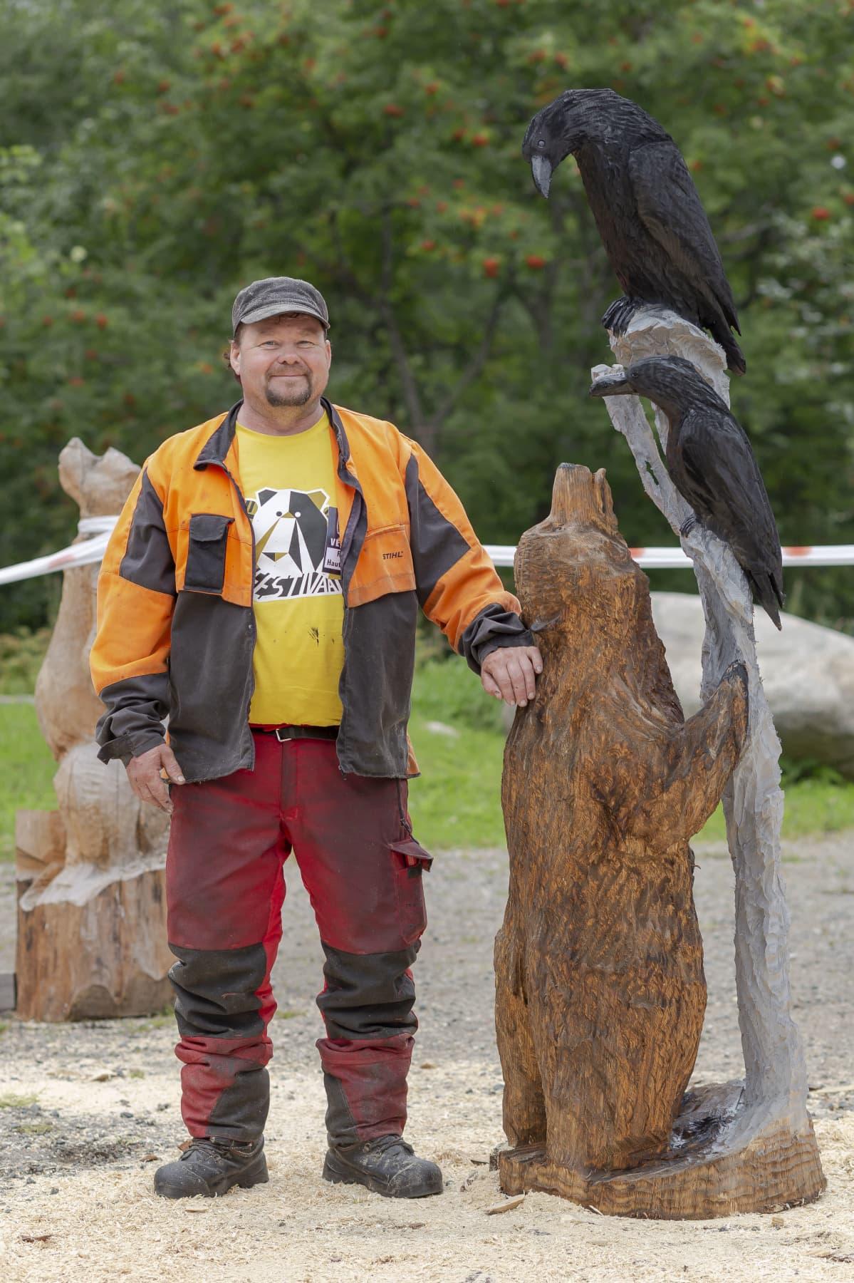 Raimo Hautaluoma, veistetty karhu ja kaksi veistettyä korppia.