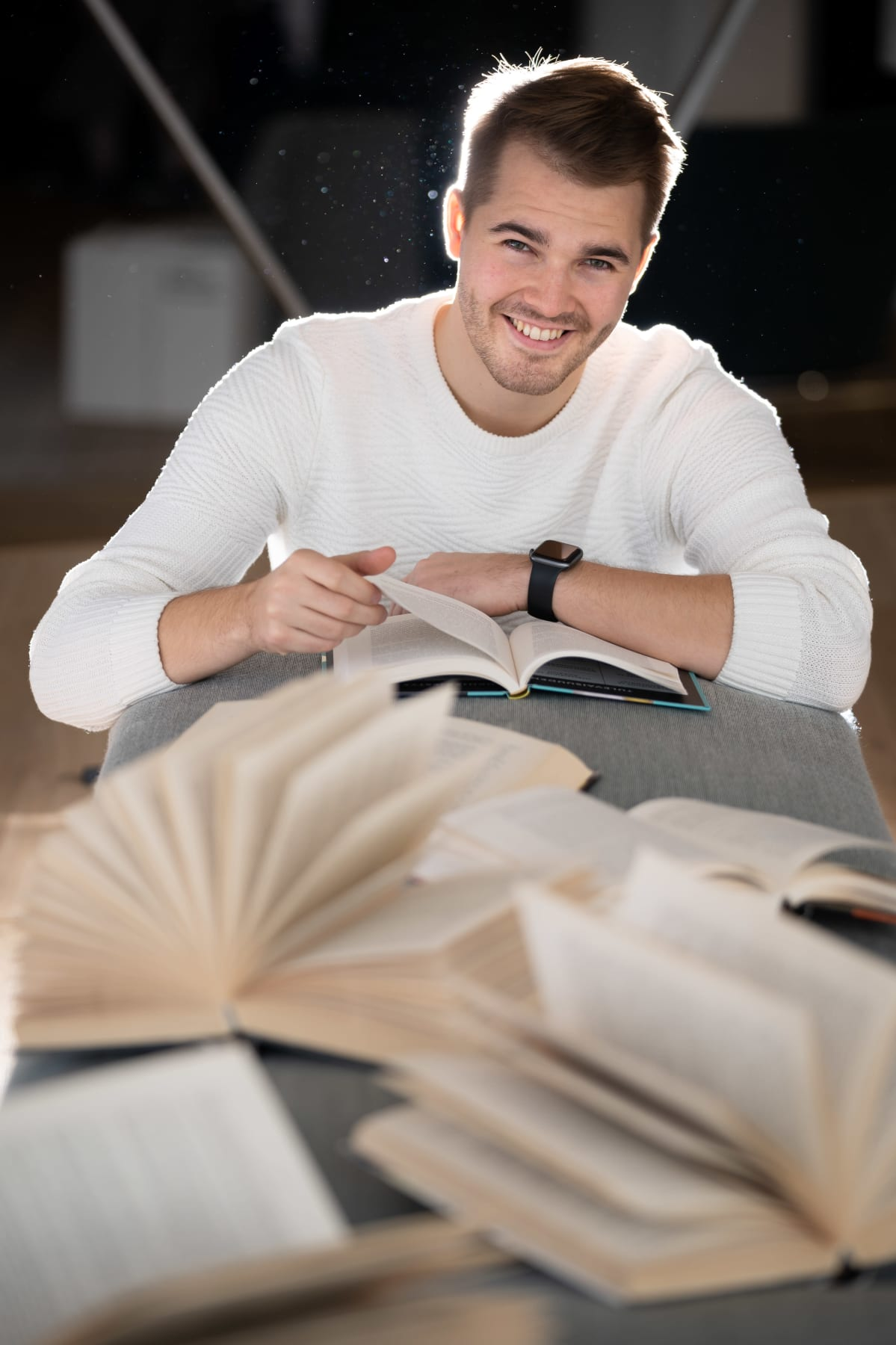 Perttu Pölönen lukee kirjoja Oodissa.