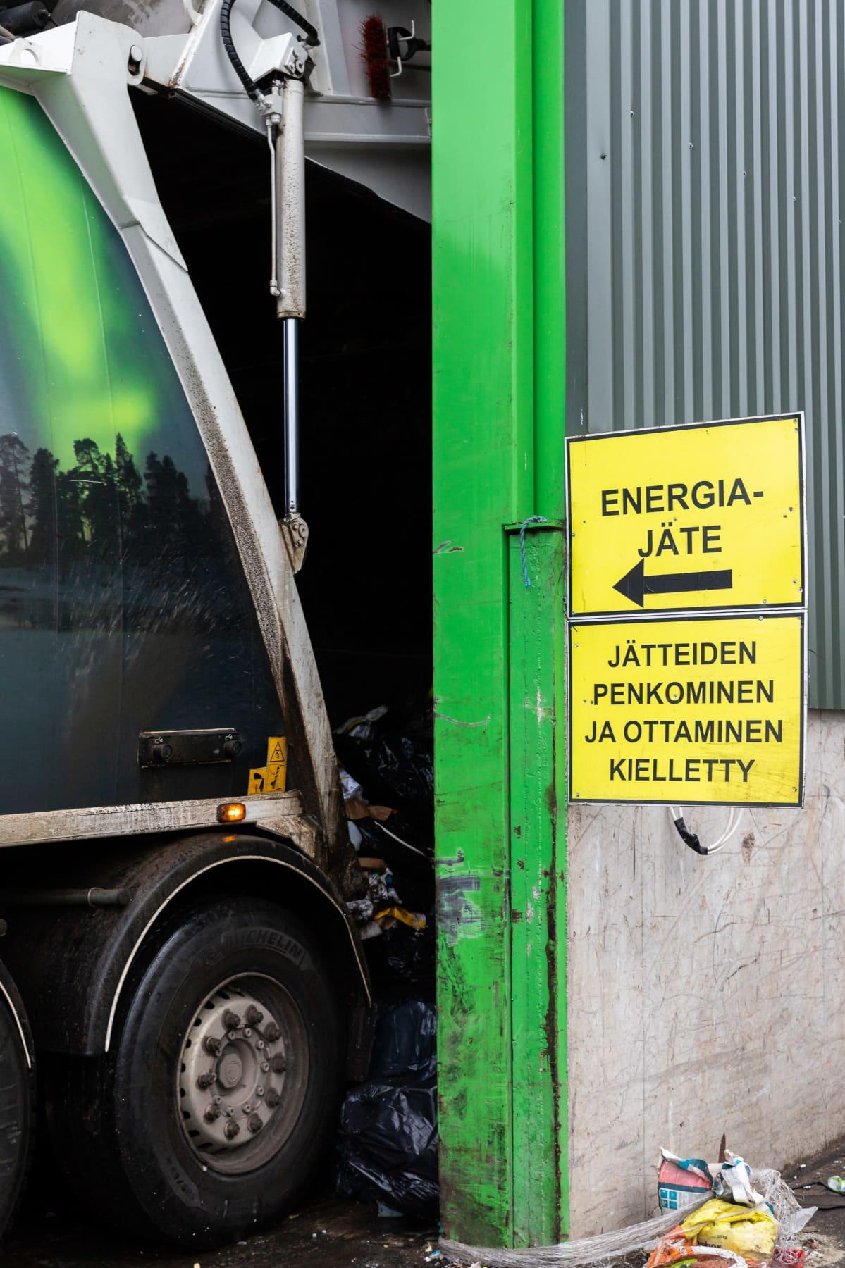 Jäteauto tuo lastia Ivalon jäteasemalle