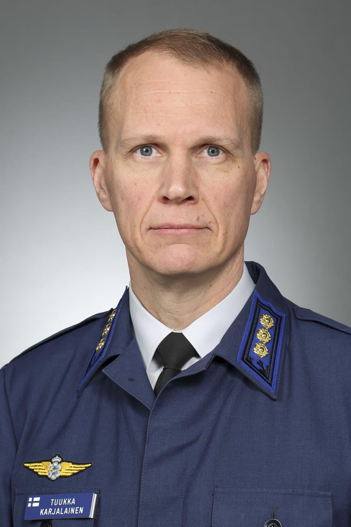 Lapin lennoston uusi komentaja Tuukka Karjalainen katsoo kameraan studiokuvassa.