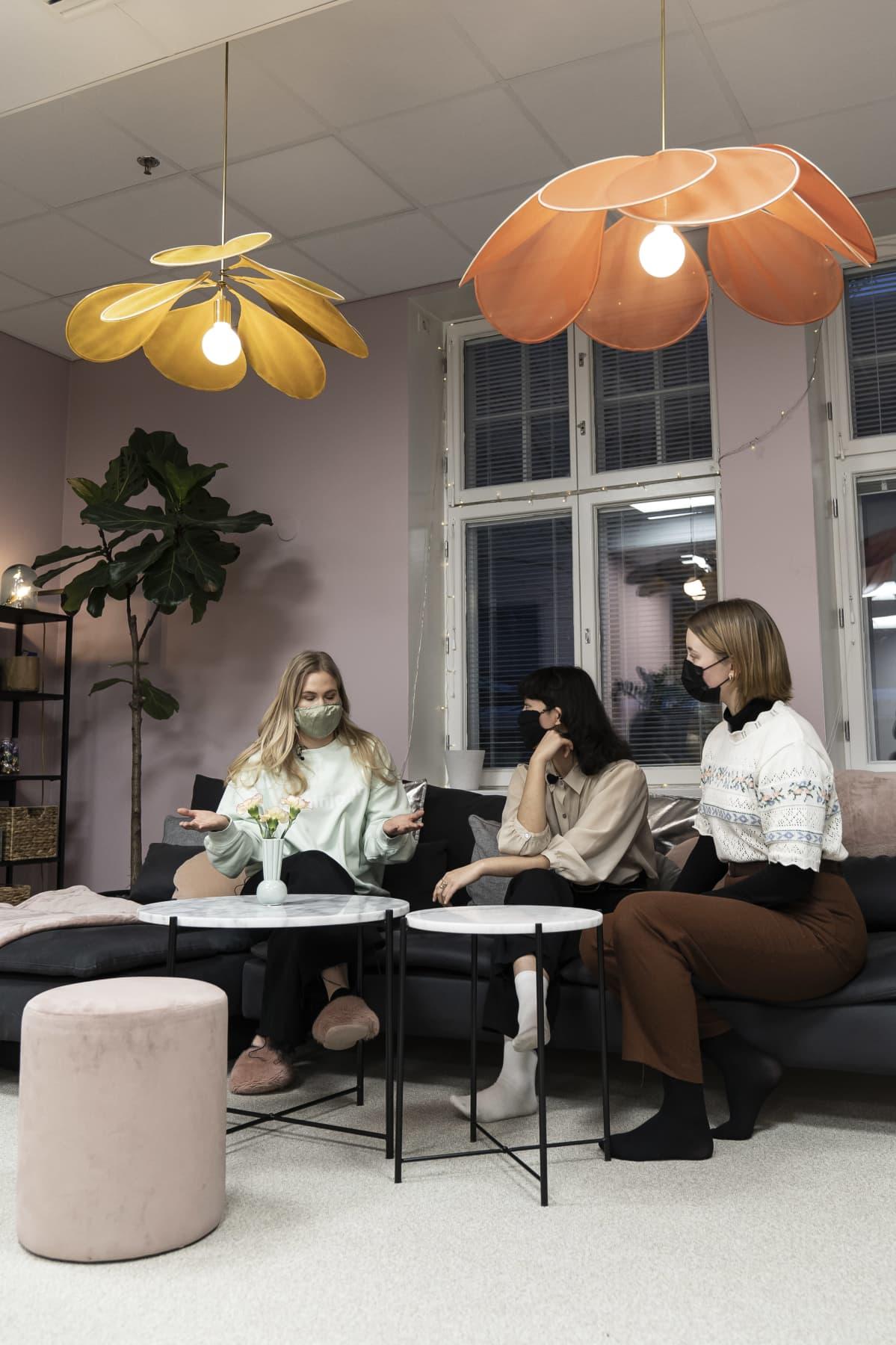 Rekrytoija Annastiina Penttilä opastaa kahta kesätyöpaikanhakijaa (Kaisla Ovaska ja Veera Huppunen) työnhaussa.