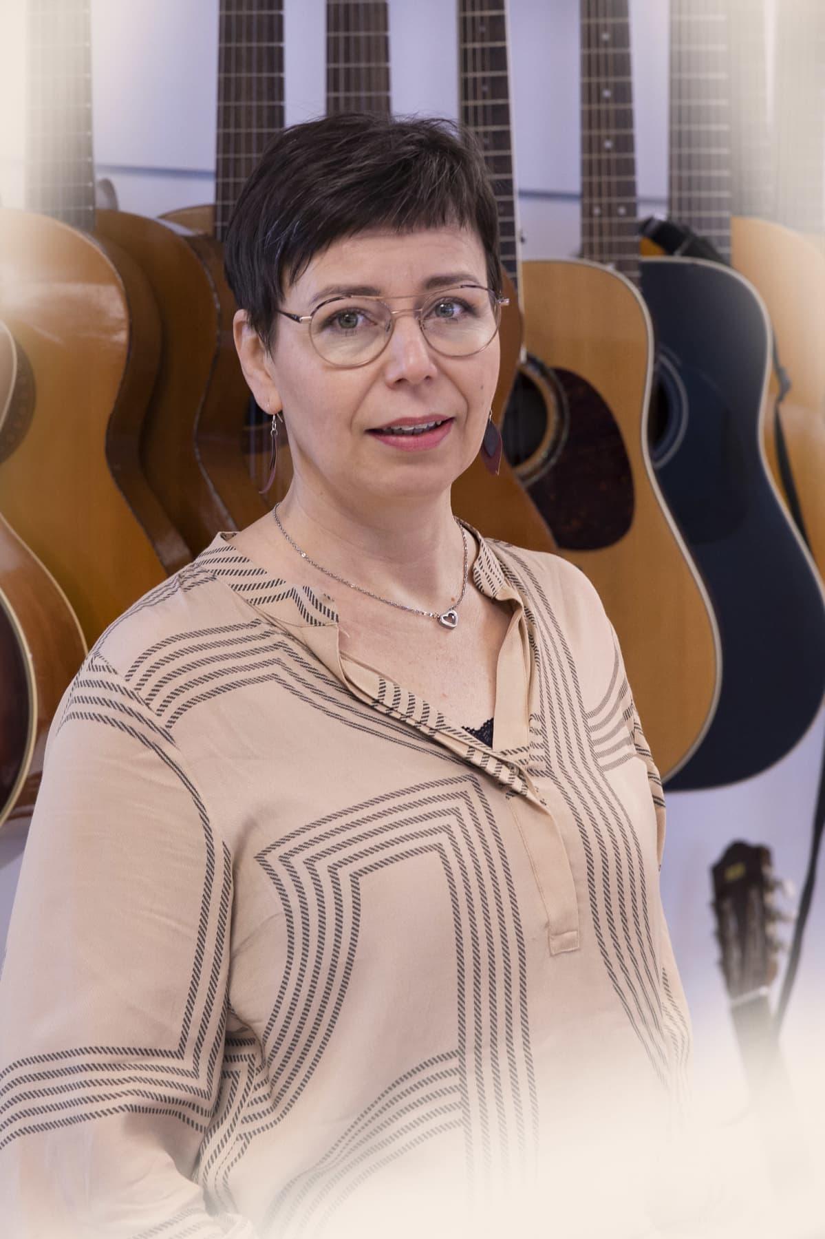 Elina Kallio musiikkiluokassa.