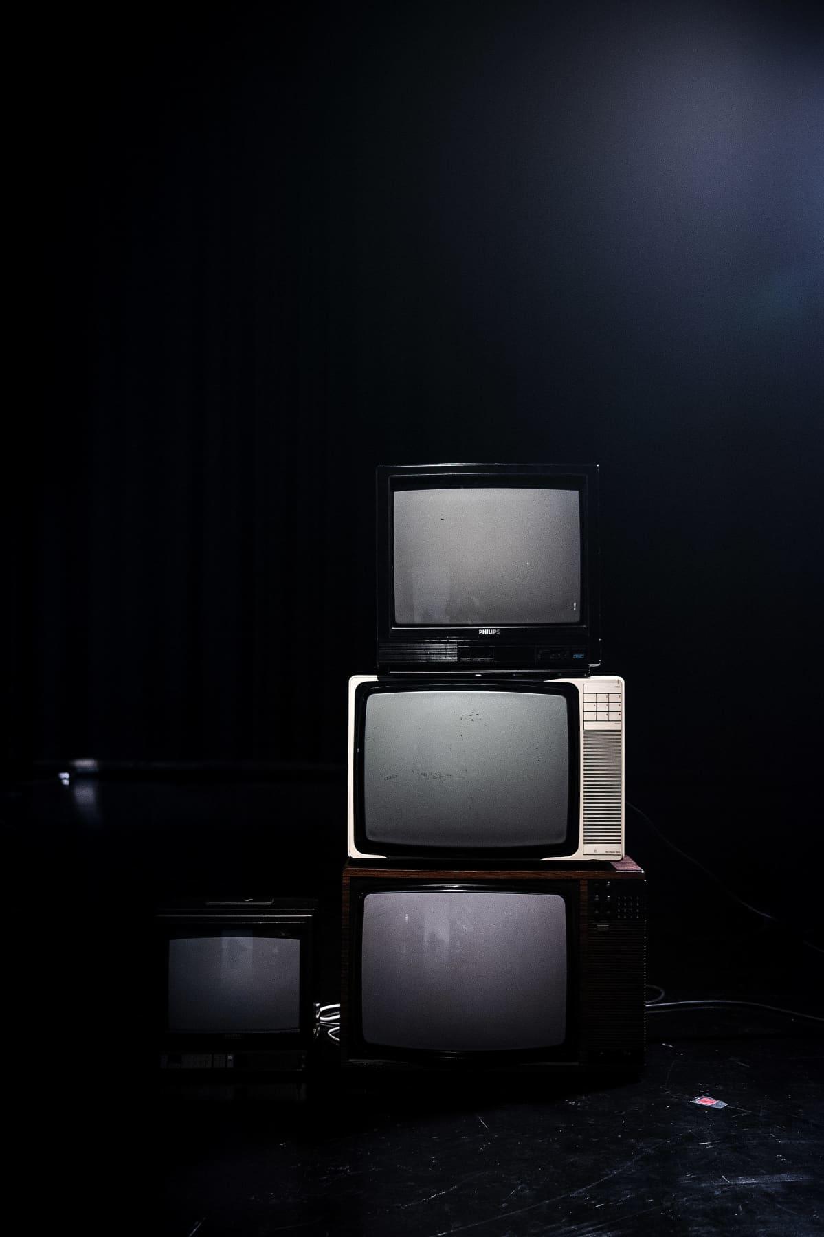 Televisioita päälekkäin.