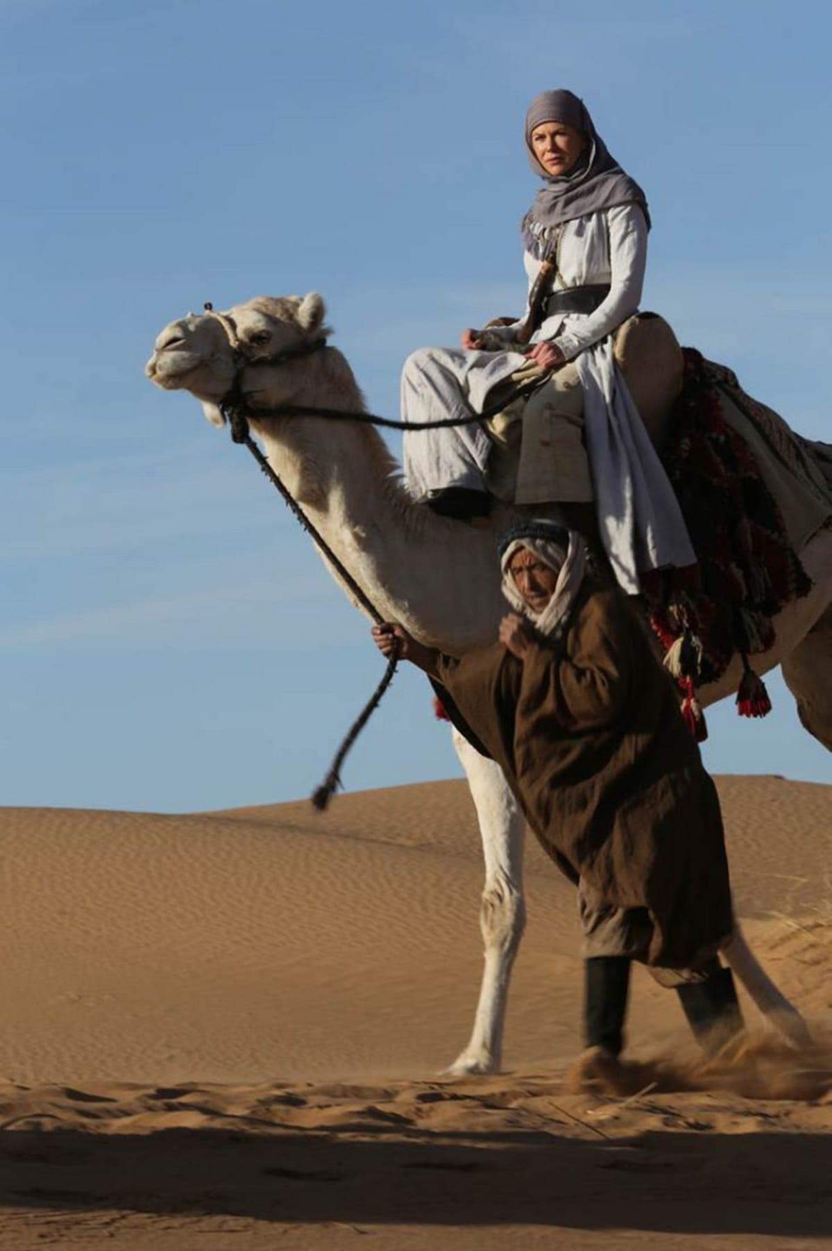Nicole Kidman kamelin selässä elokuvassa Queen of the Desert.