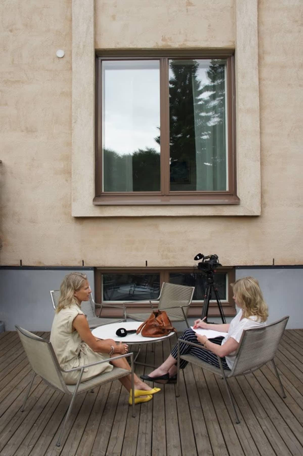 Krogiuksentiellä sijaitsevan talon sisäpihalla Kirta Sirelius (vas.) ja toimittaja Anne Moilanen.