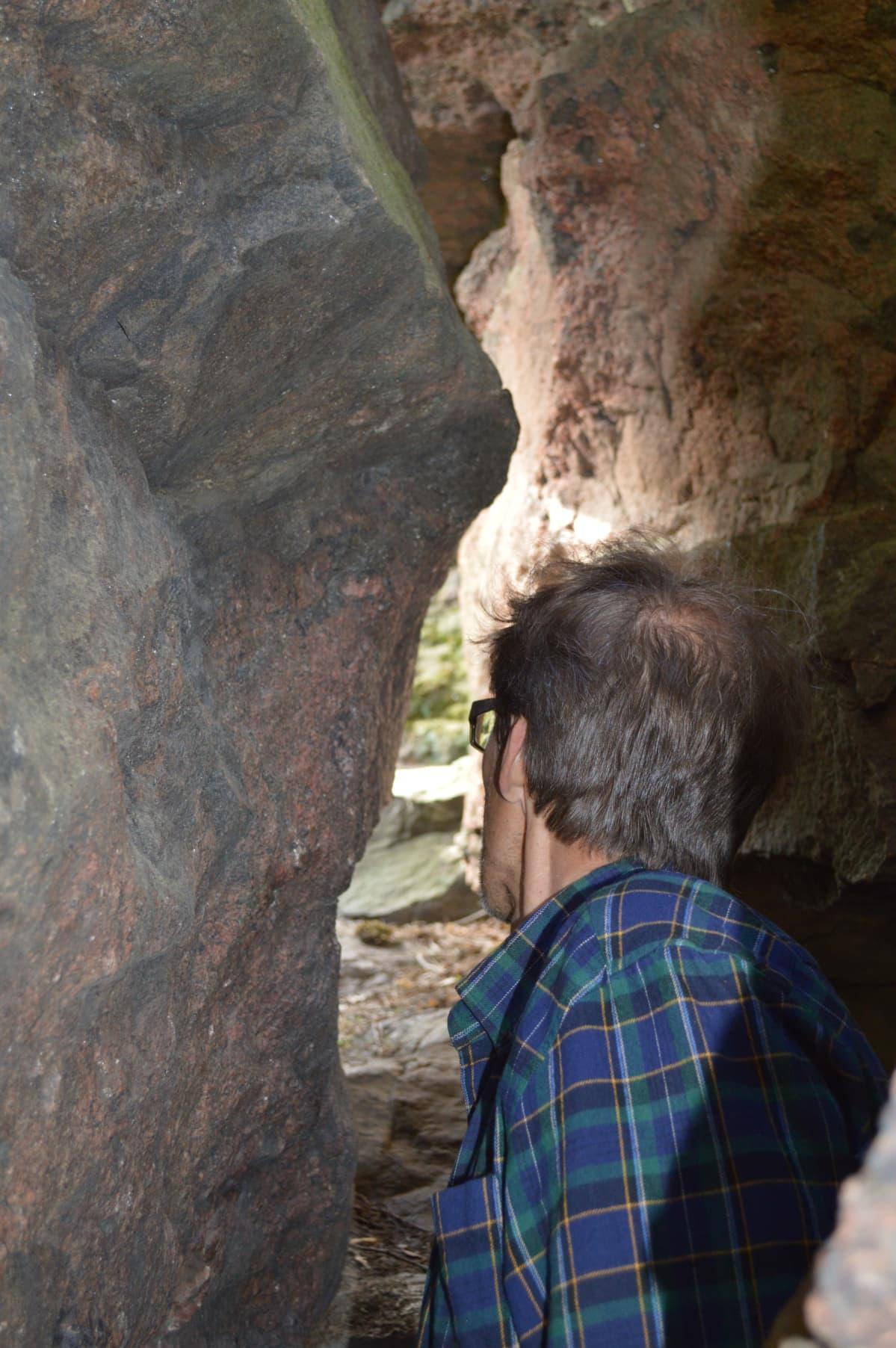 Heikki Setälä luolassa