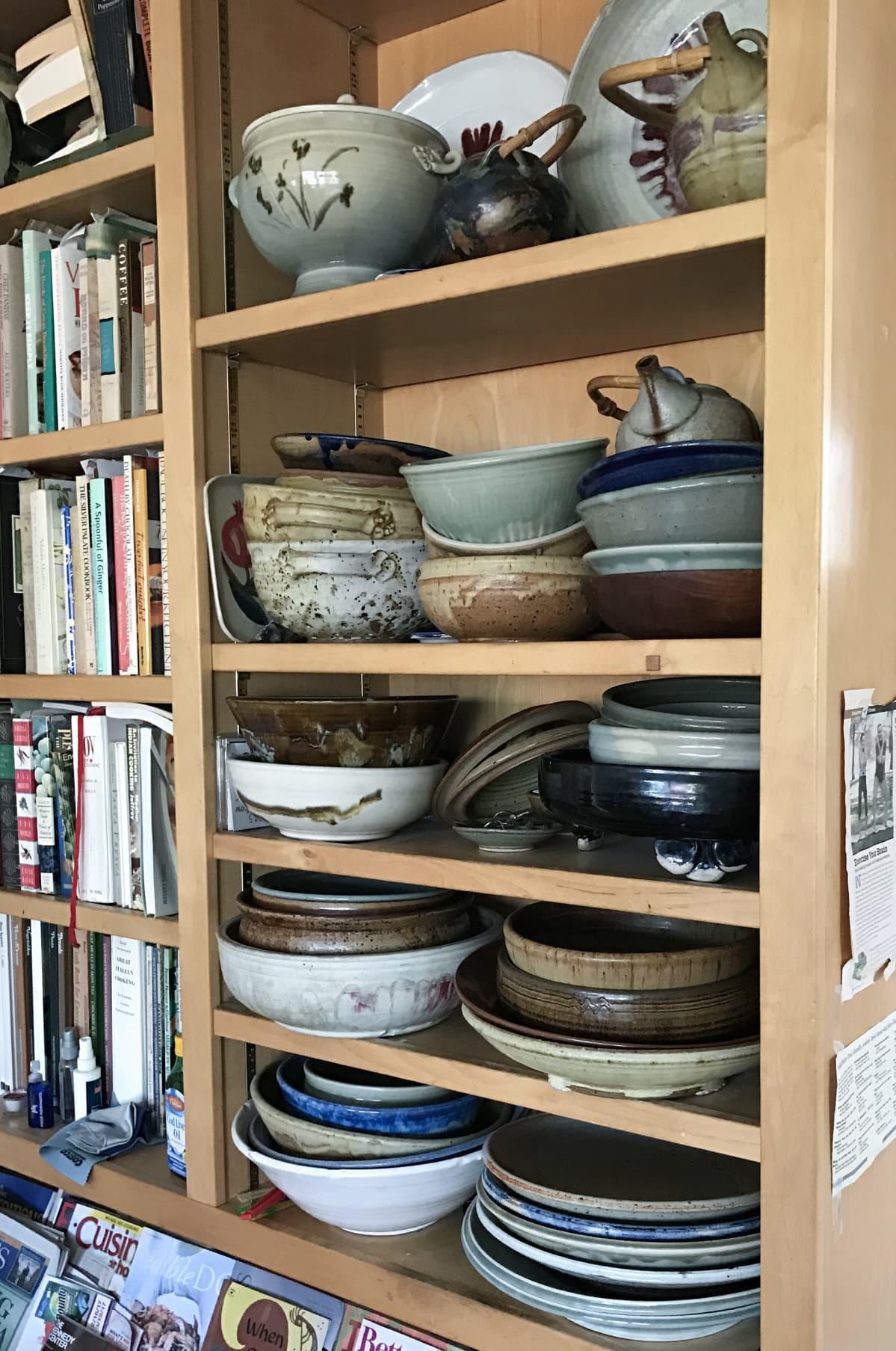 Maija-Leena Hayn valmistamia keraamisia astioita hyllyllä.