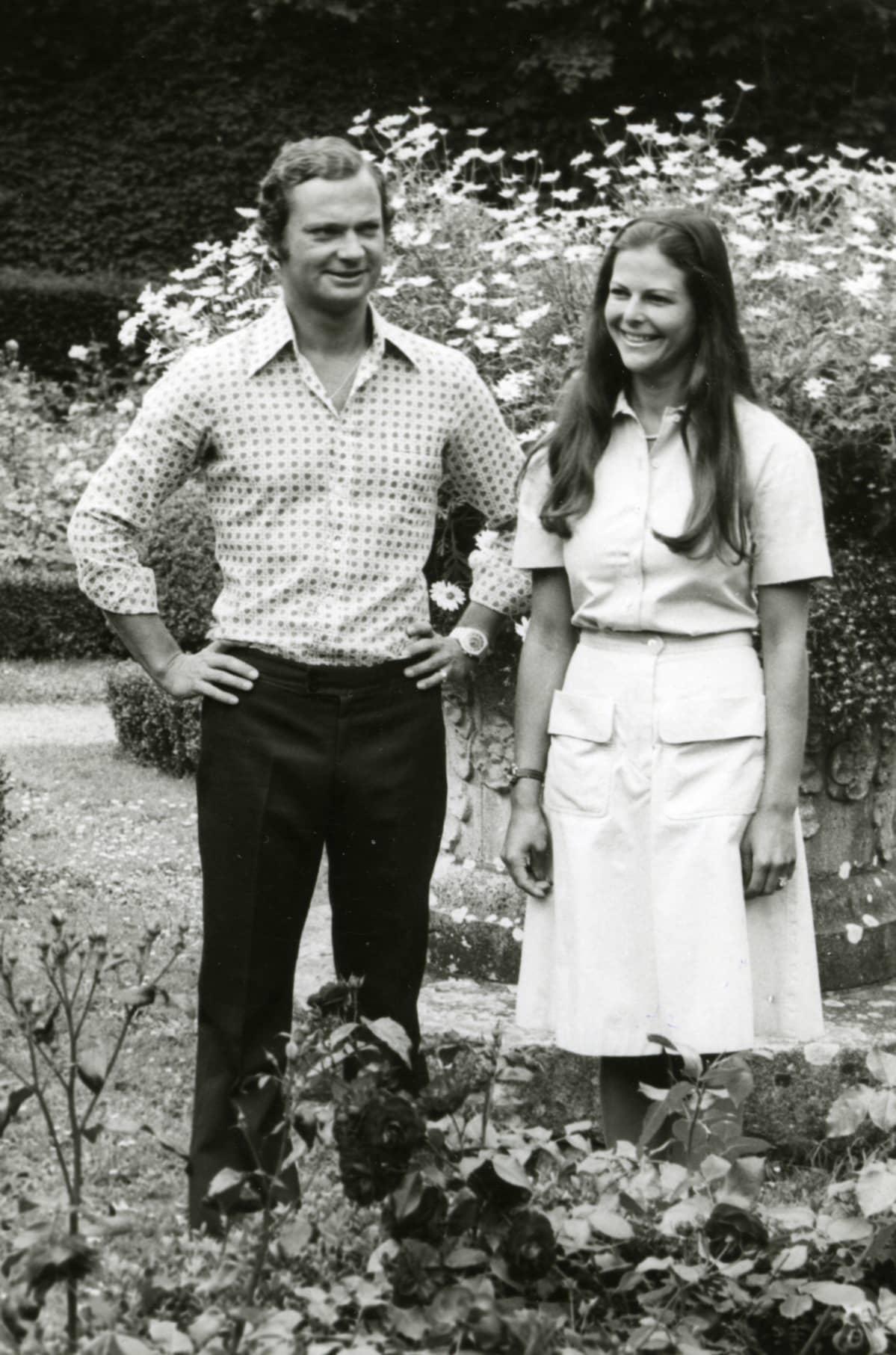 Kuningas Kaarle Kustaa ja kuningatar Silvia nuorina puutarhassa.