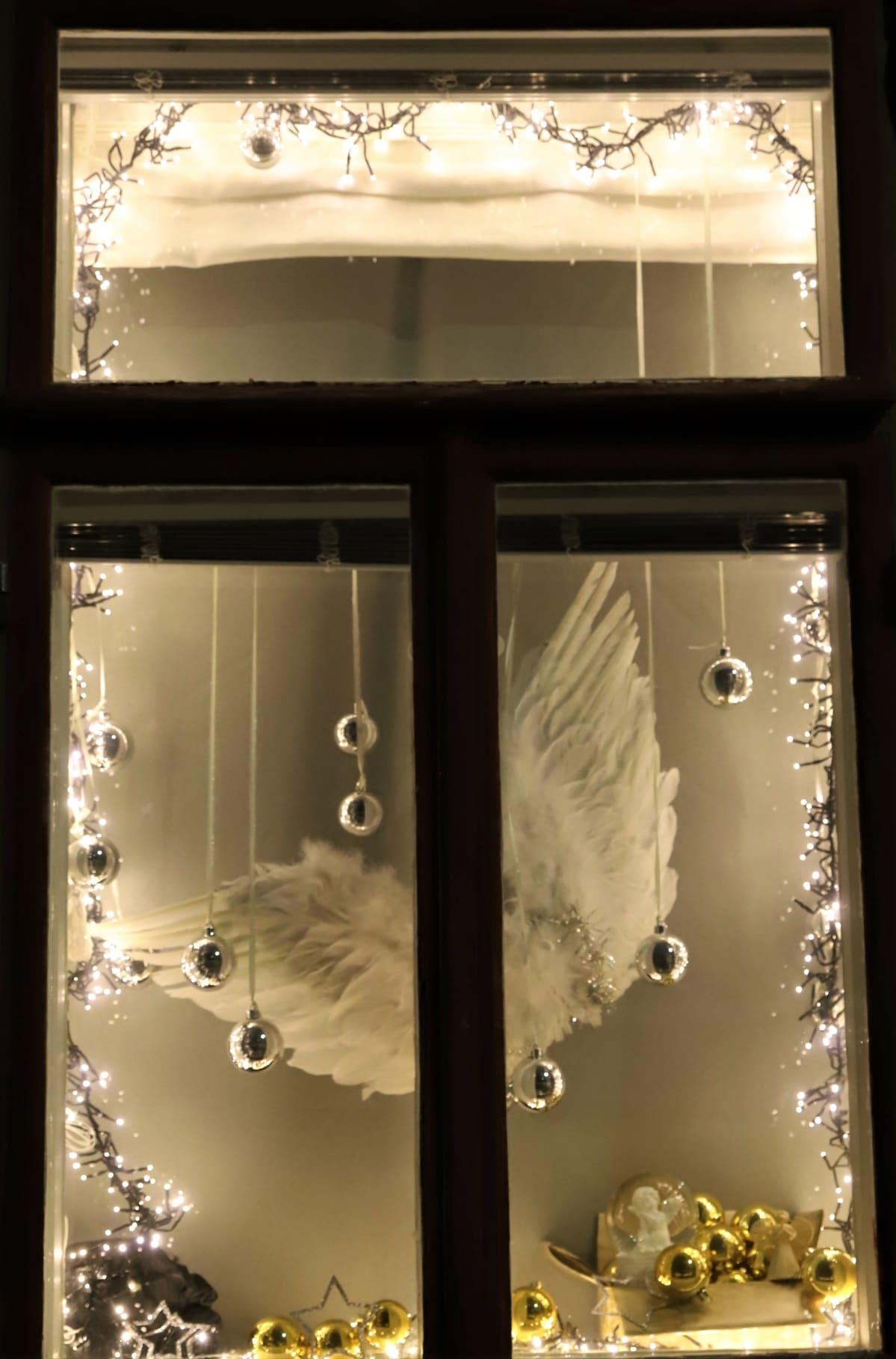 enkelinsiivet ja kultaisia joulupallojen ikkunassa