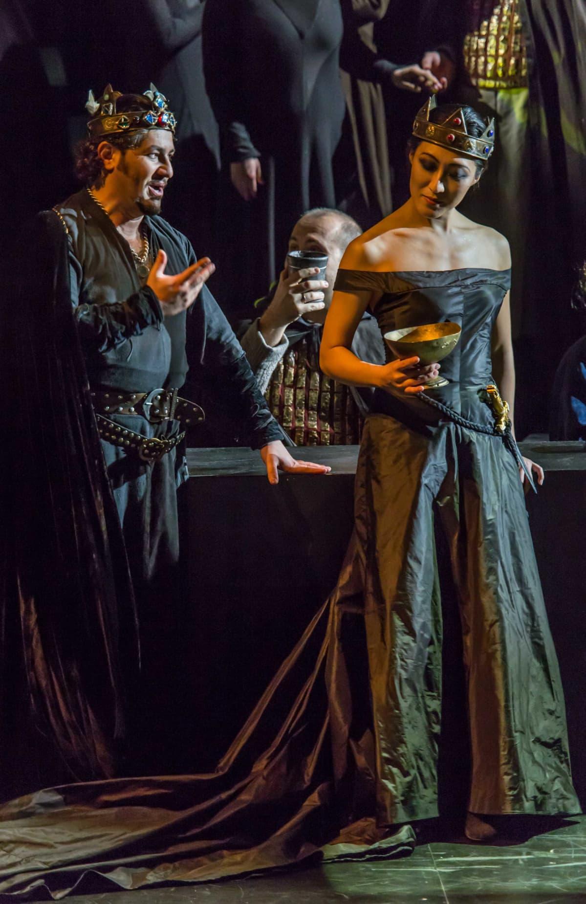 Lady Macbeth (Vittoria Yeo) ja Macbeth (Evez Abdulla) pystyvät julmuuksiin vain toistensa tukemina. Savonlinnassa Macbethiä esittää Vladislav Sulimsky. Savonlinnan oopperajuhlat.