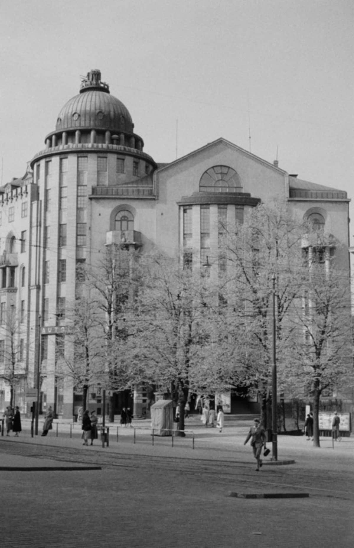 Uusi ylioppilastalo on arkkitehti Armas Lindgrenin ja Wivi Lönnin vuonna 1909 suunnittelema rakennus, jota korotettiin vuonna 1924 Lindgrenin ja toisen arkkitehdin, Bertel Liljeqvistin, suunnitelmien mukaan. Siinä on toiminut hotelli vuosina 1924-1968.