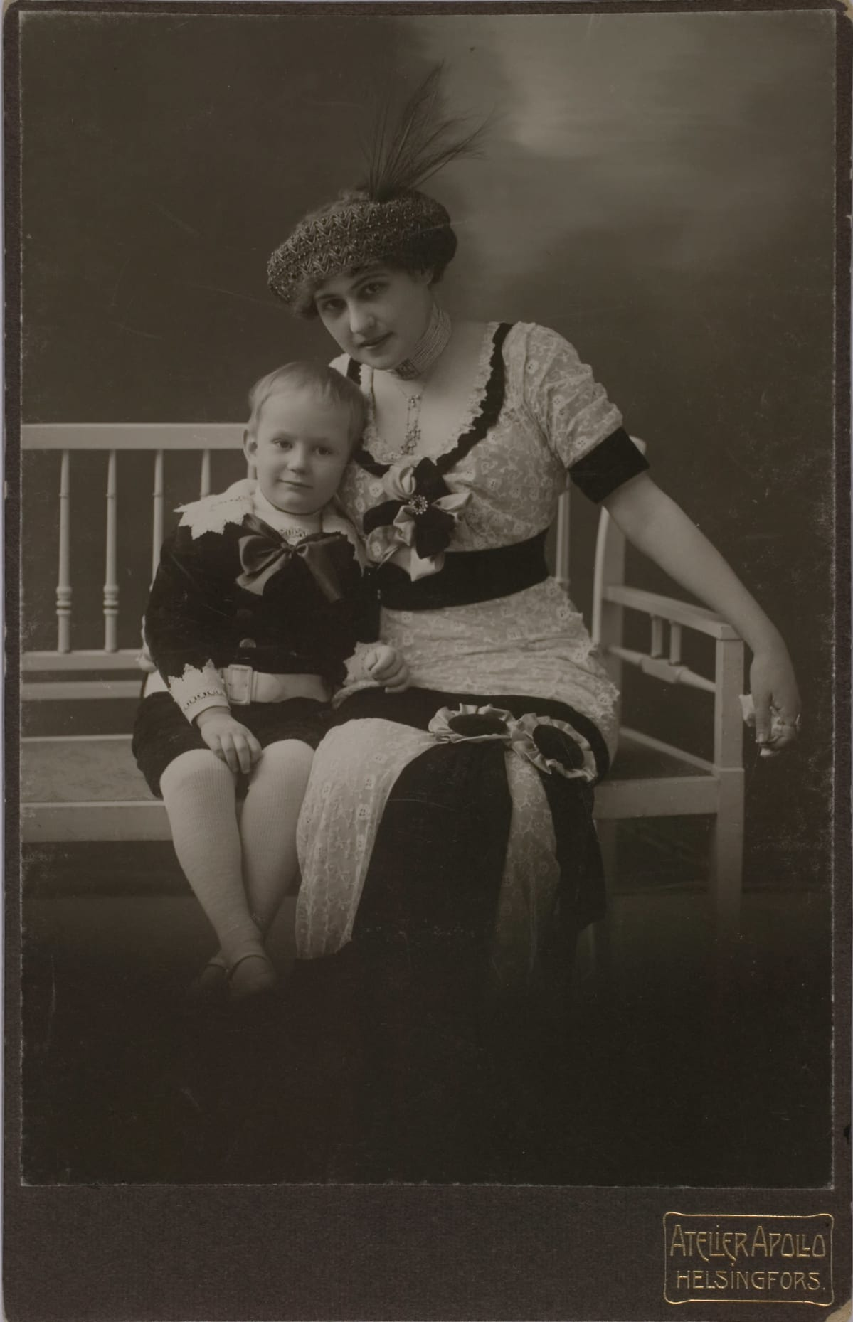 Aino Acté ja hänen poikansa Mies Armo Heikki Renvall.
