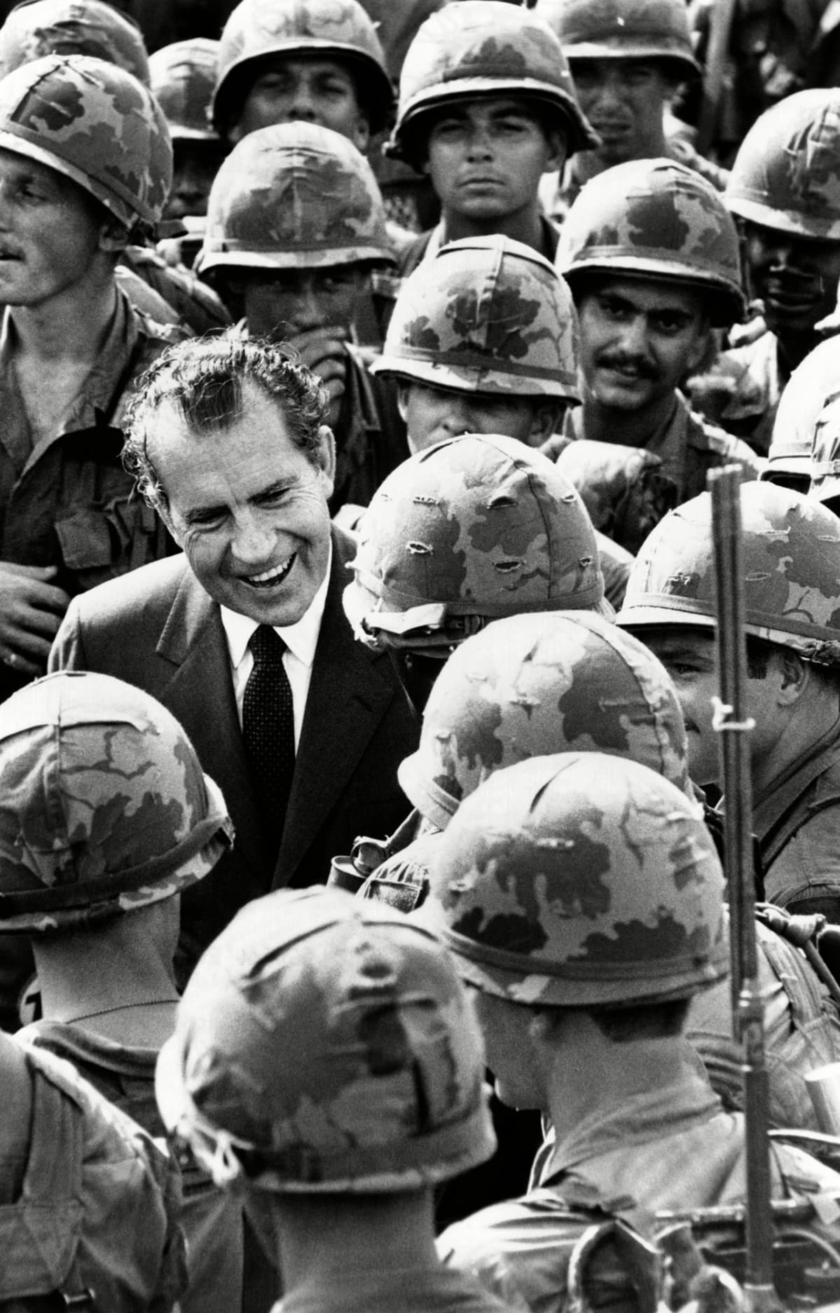 Yhdysvaltain presidentti Richard Nixon tervehtii amerikkalaisia sotilaita Vietnamissa.