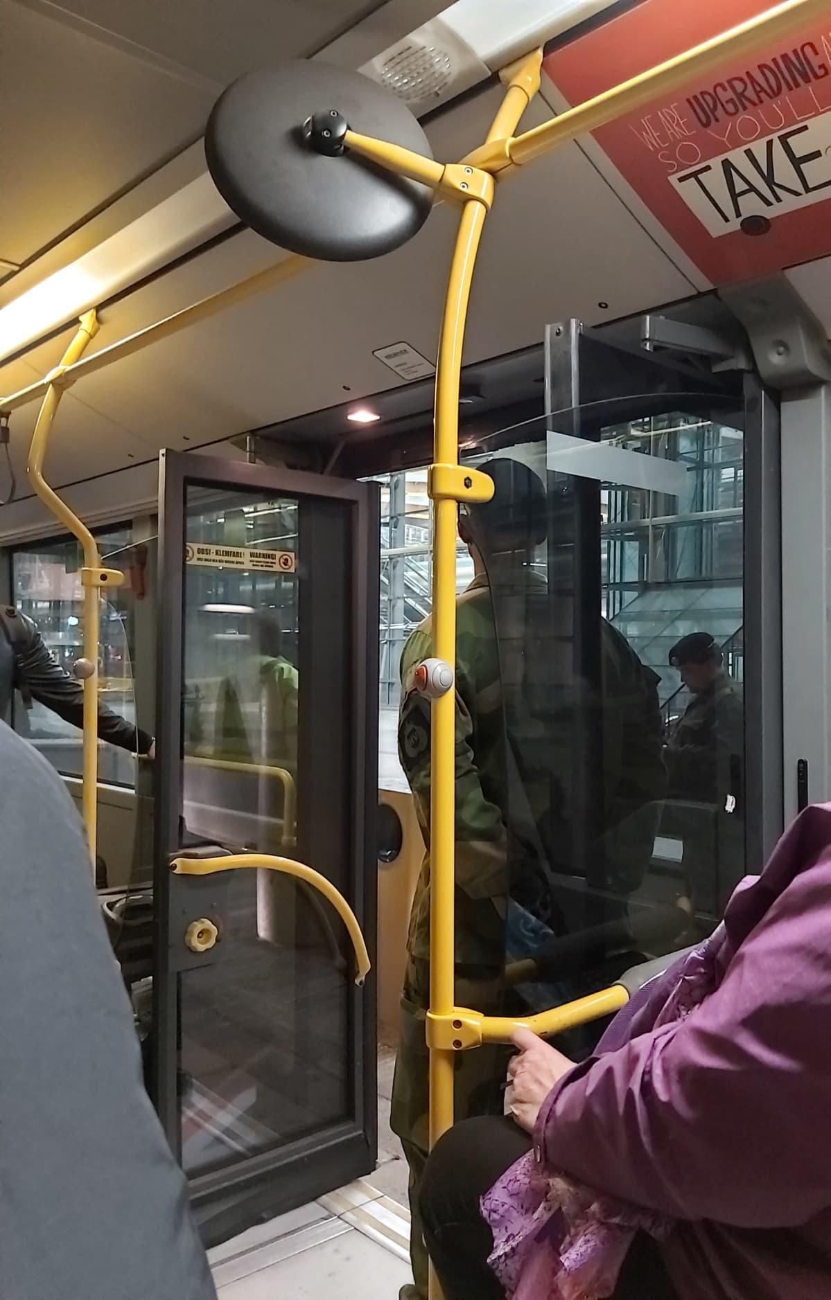 Bussin ovea vartijoidaan Norjan lentokentällä
