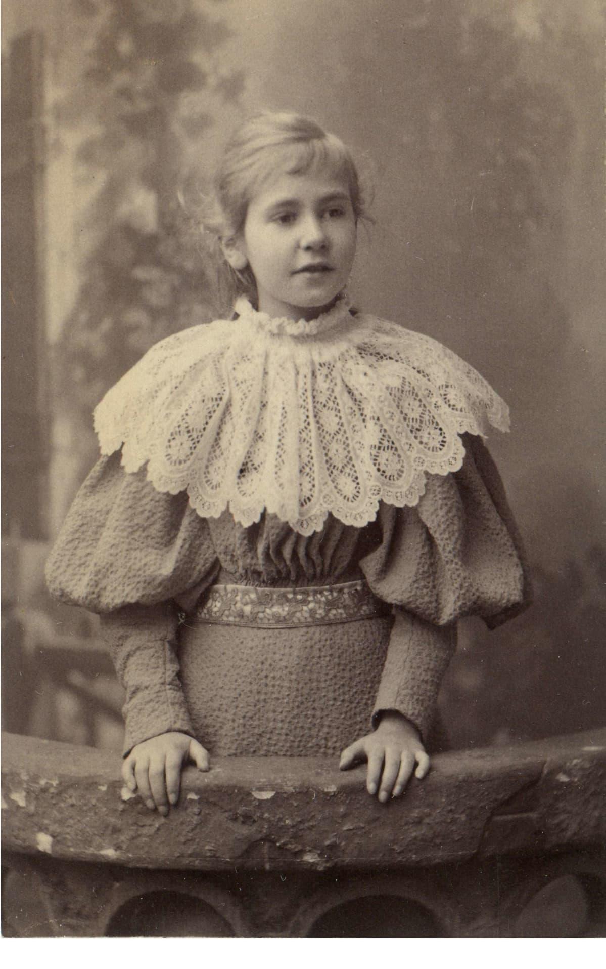 Mustavalkoinen kuva nuoresta tytöstä.