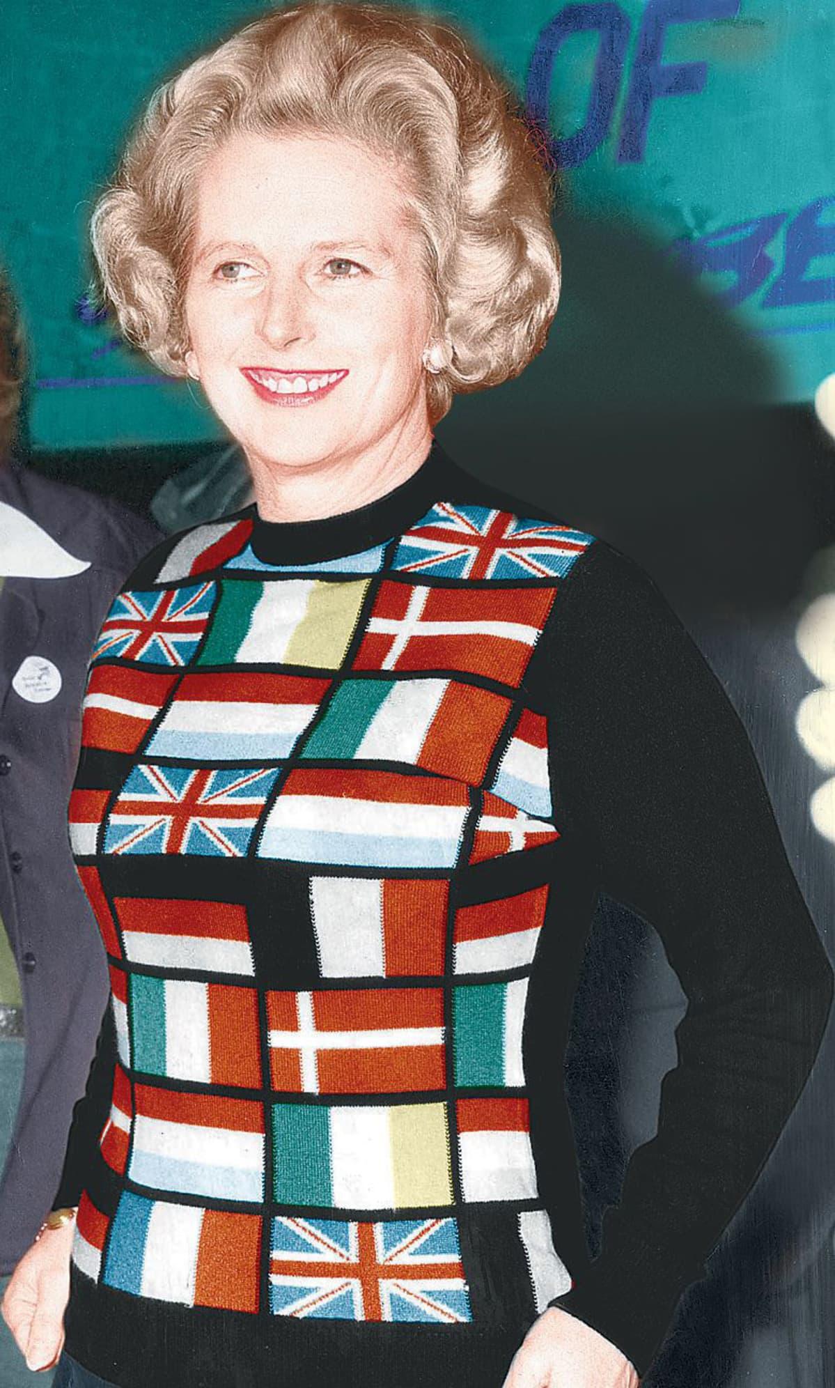 Margaret Thatcher Euroopan maiden lipuin koristellussa villapaidassaan vuonna 1975.