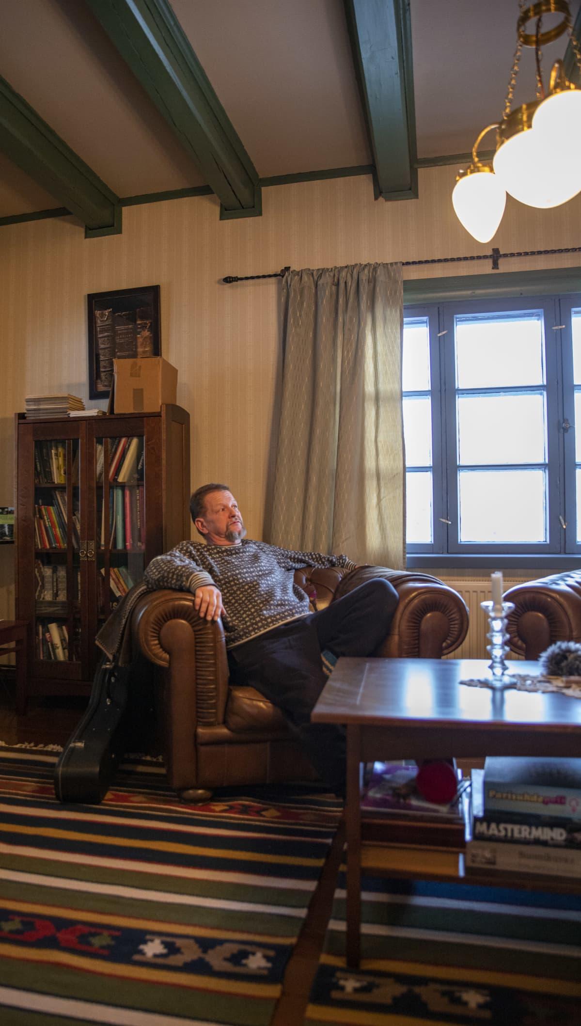 Timo Ruuska Valkinhovin kirjastossa.