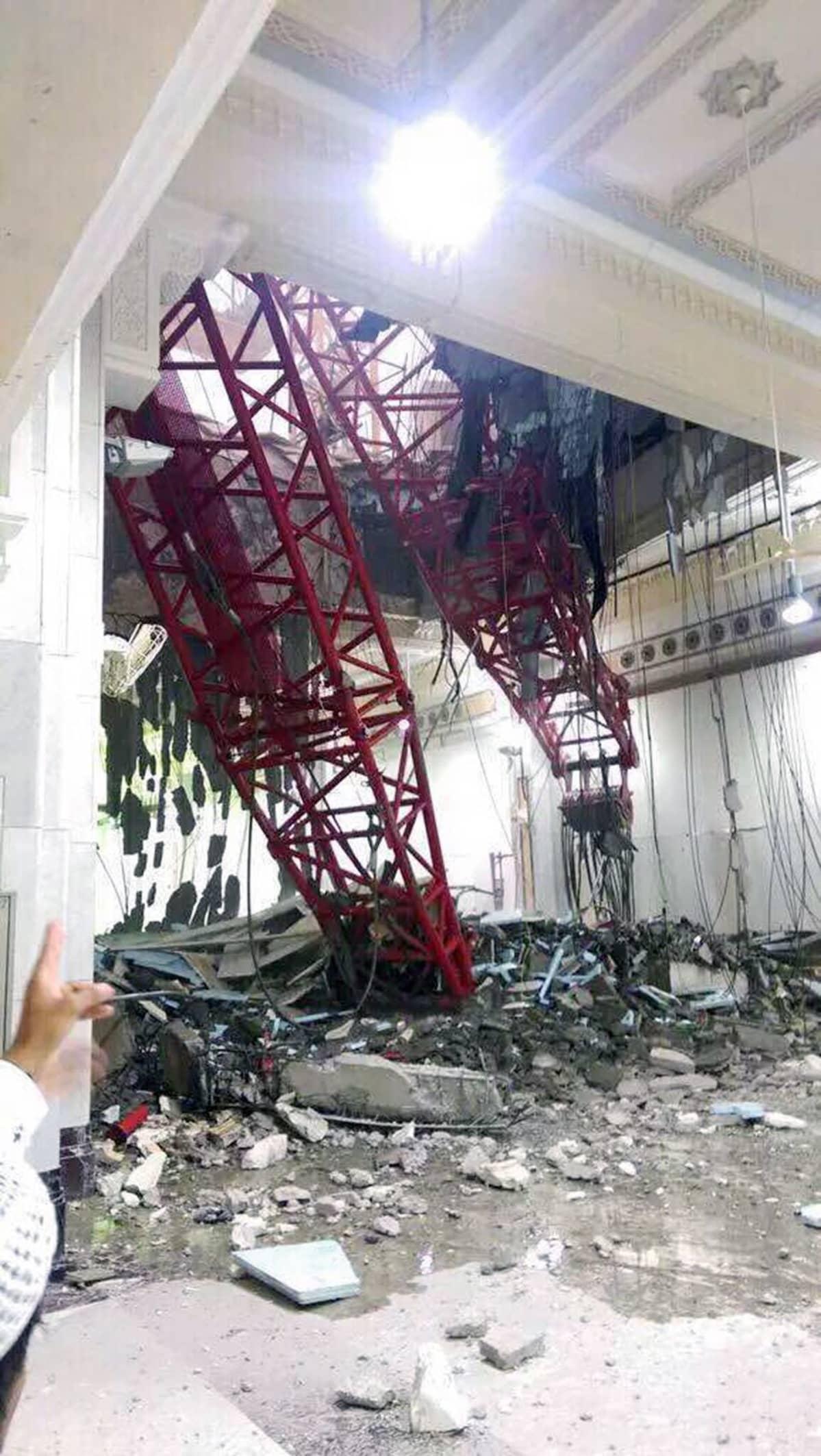 Moskeijan katon läpi kaatunut nosturi.