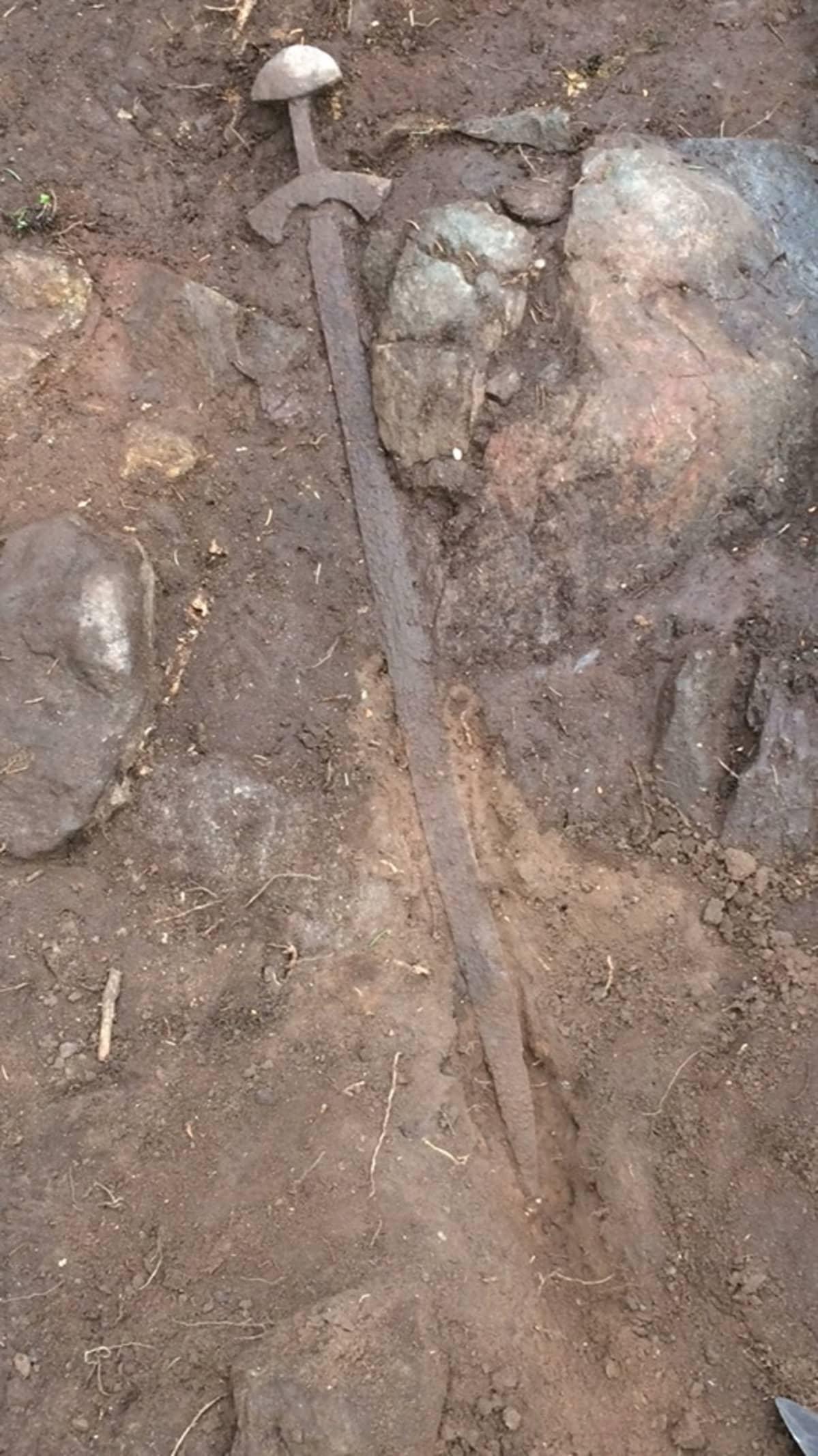 Muinainen viikinkimiekka kaivauksessa Pirkanmaalla