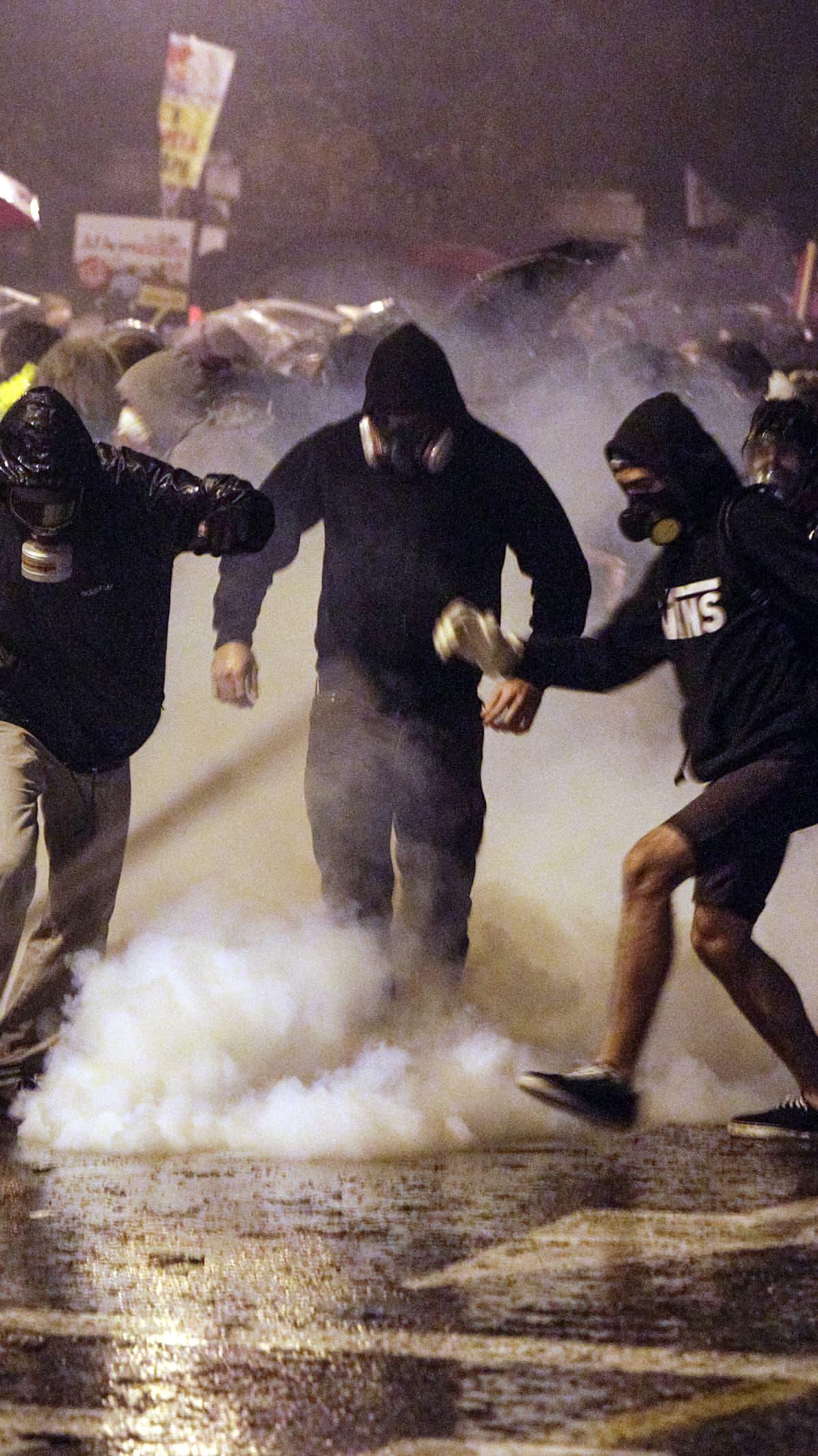Kreikan säästötoimia vastustavat protestoijat väistelevät kyynelkaasua parlamenttirakennuksen edessä Ateenassa, Kreikassa 7.11.2012.