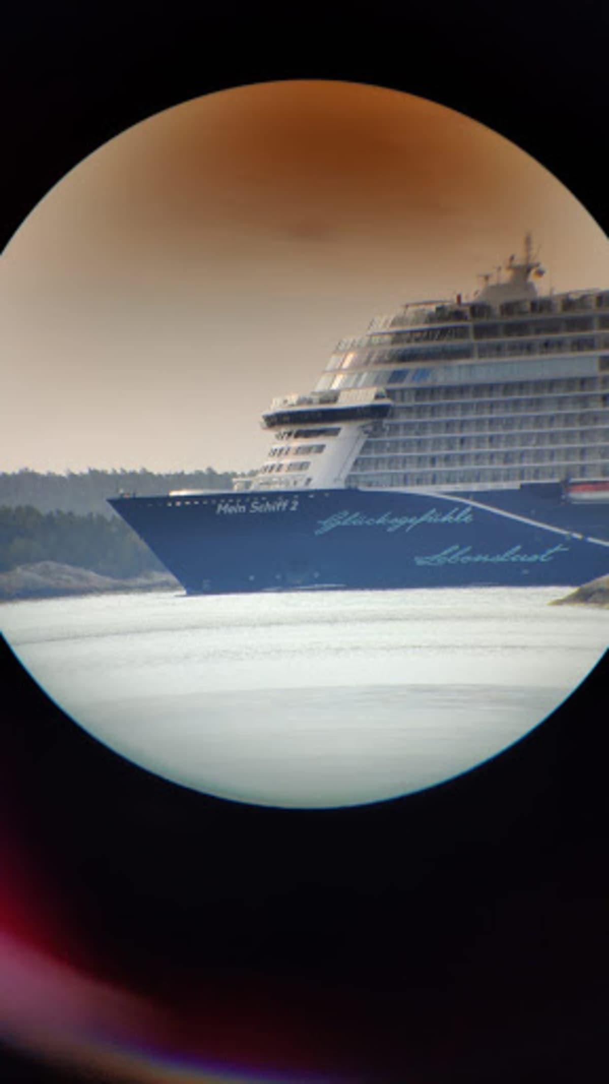 Laiva taltioitui myös kaukoputken läpi otettuun kuvaan Airistolla.