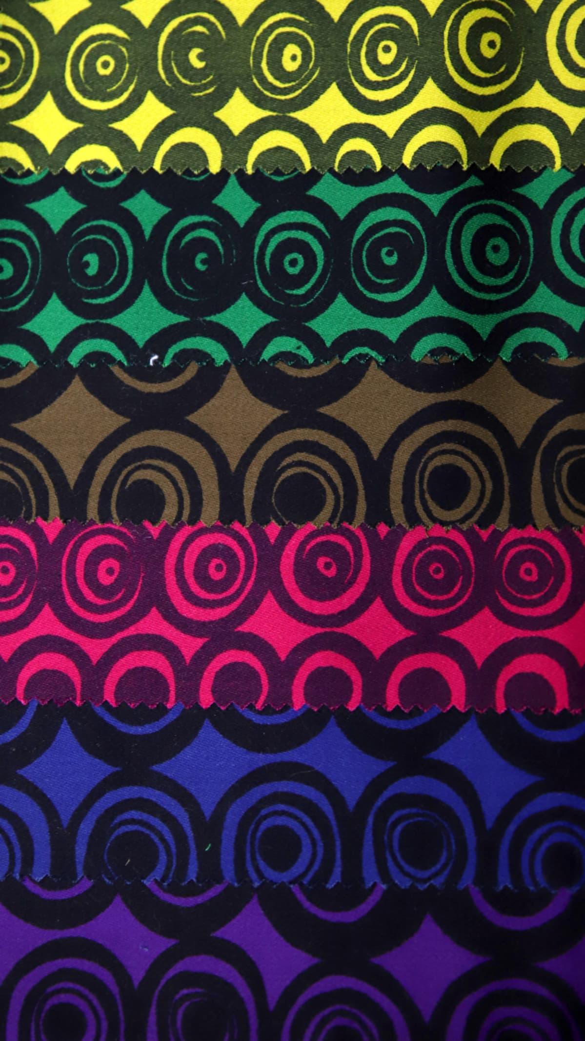 Vanha värikäs kangas ympyräkuoseilla.