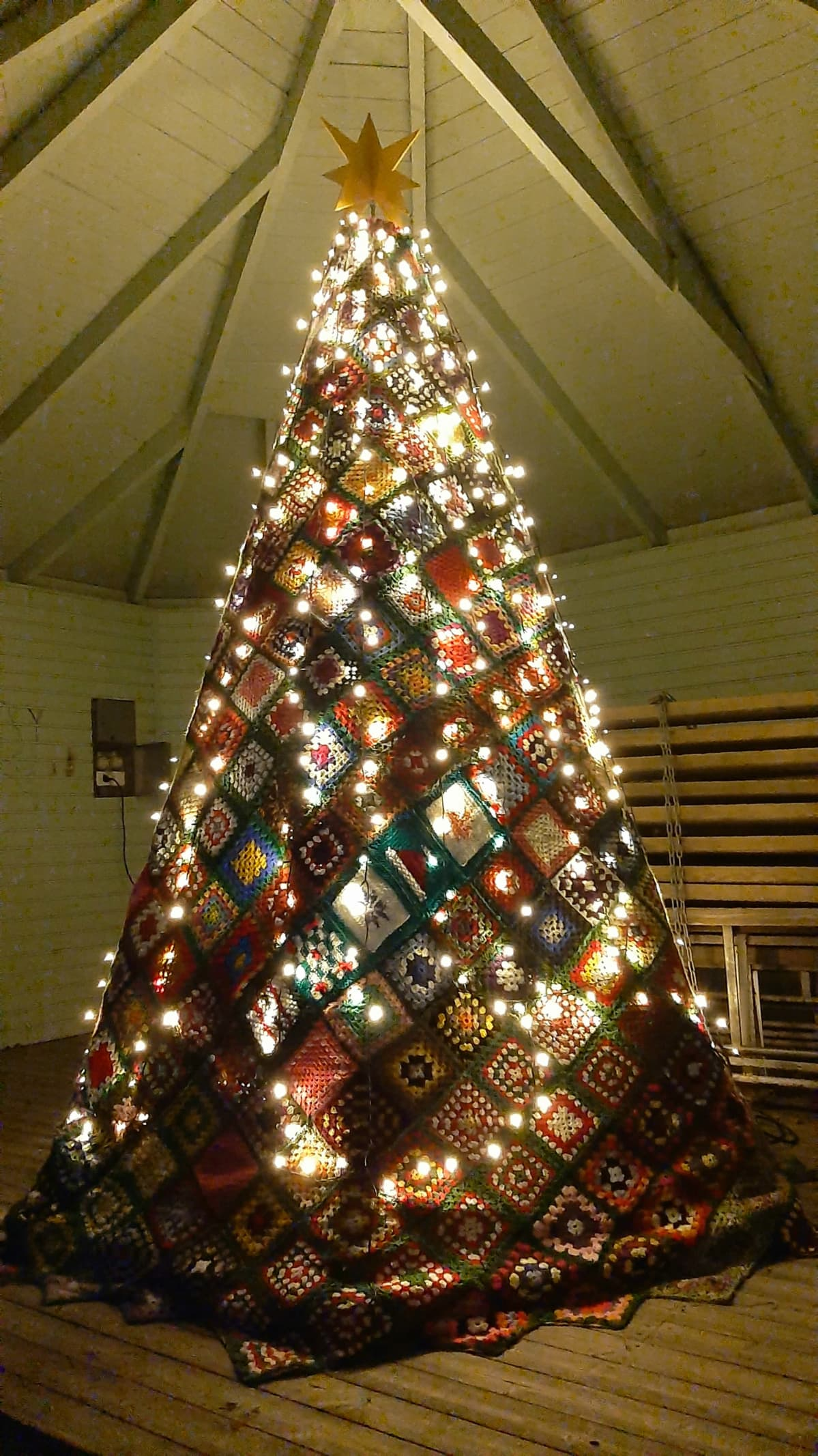 Virkattu joulukuusi Kaskisissa on koottu virkatuista värikkäistä tilkuista