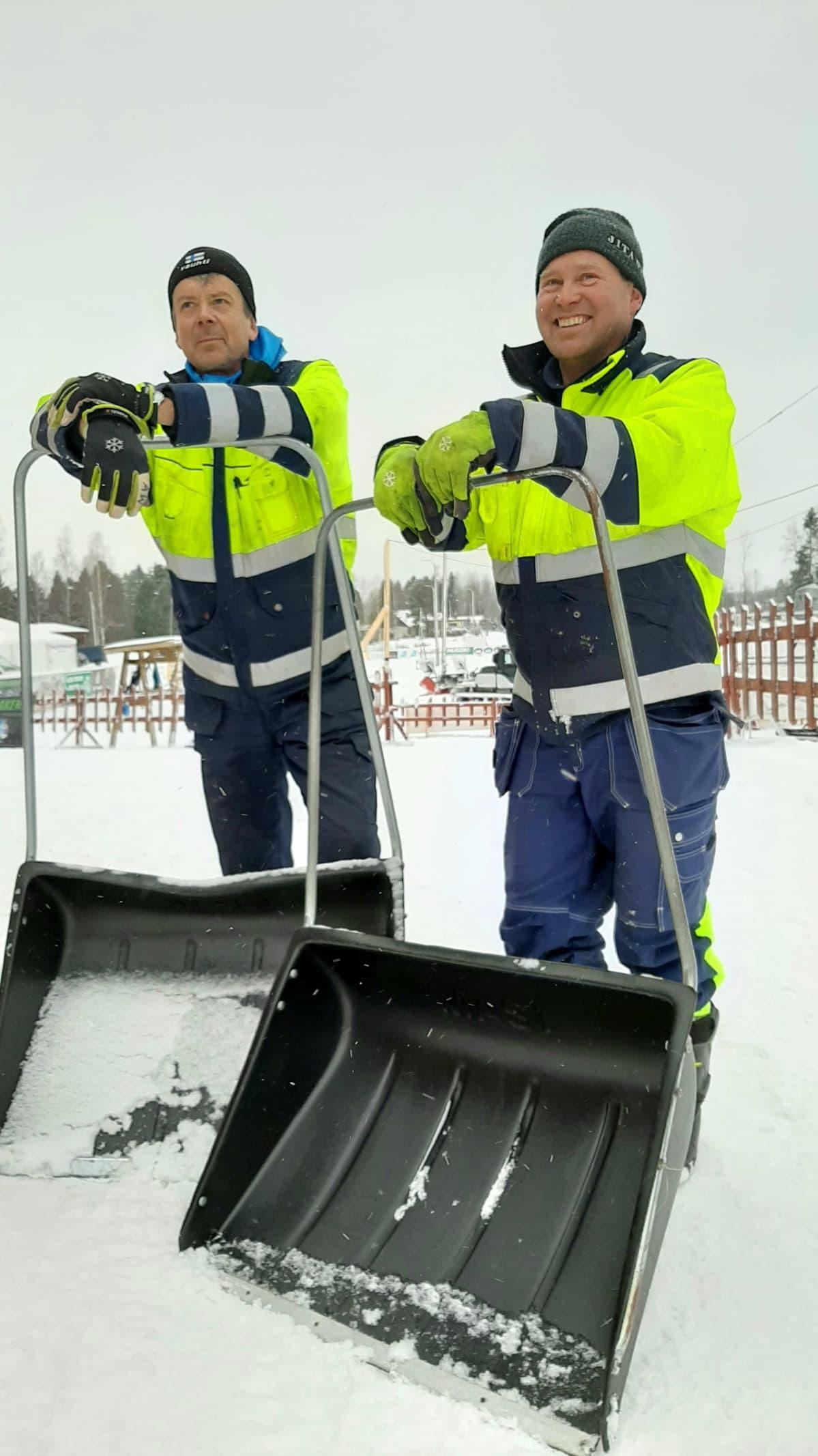 Lumitykkien lisäksi myös lumikolille on ollut käyttöä. Varsinkin lähtö- ja maalialueelle on tarvittu lunta. Vasemmalla Anders Wikström ja oik Peter Jansson