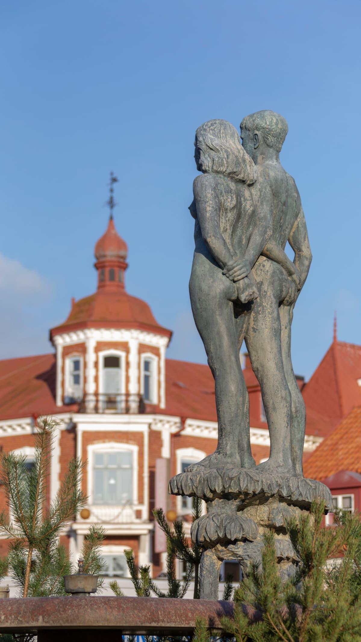 Etelä-Ruotsin Sölvesborgissa sijaitseva patsas Ask ja Embla. Ask ja Embla olivat pohjoismaisen mytologian ensimmäinen mies ja nainen.
