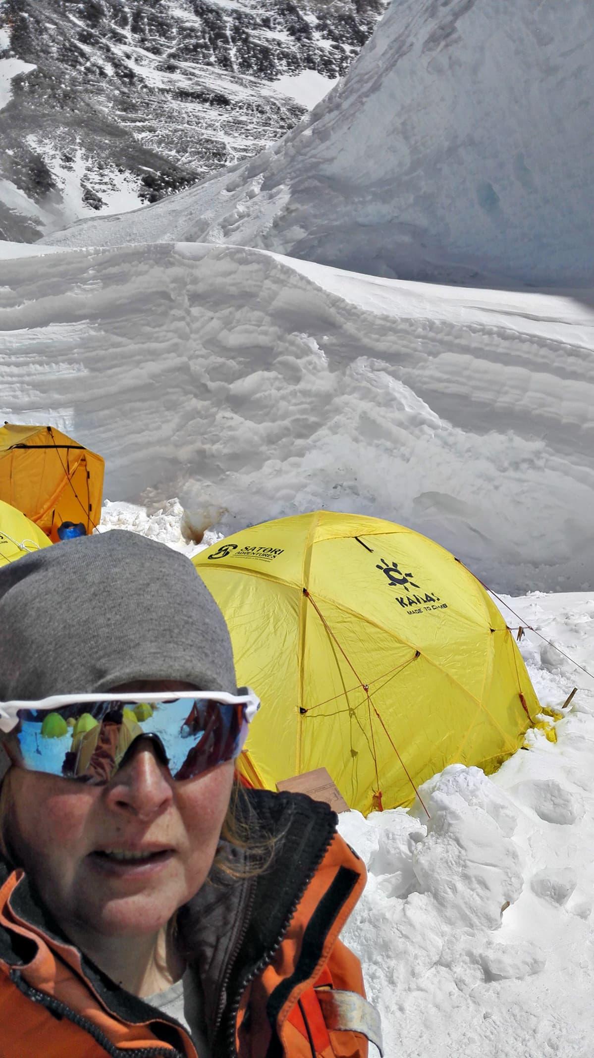 Paula Strengell leirissä. Kuvassa North Colista 7200 m, joka on Camp 1. Lisähapelle mennään sen jälkeen n. 7500 m:ssä.