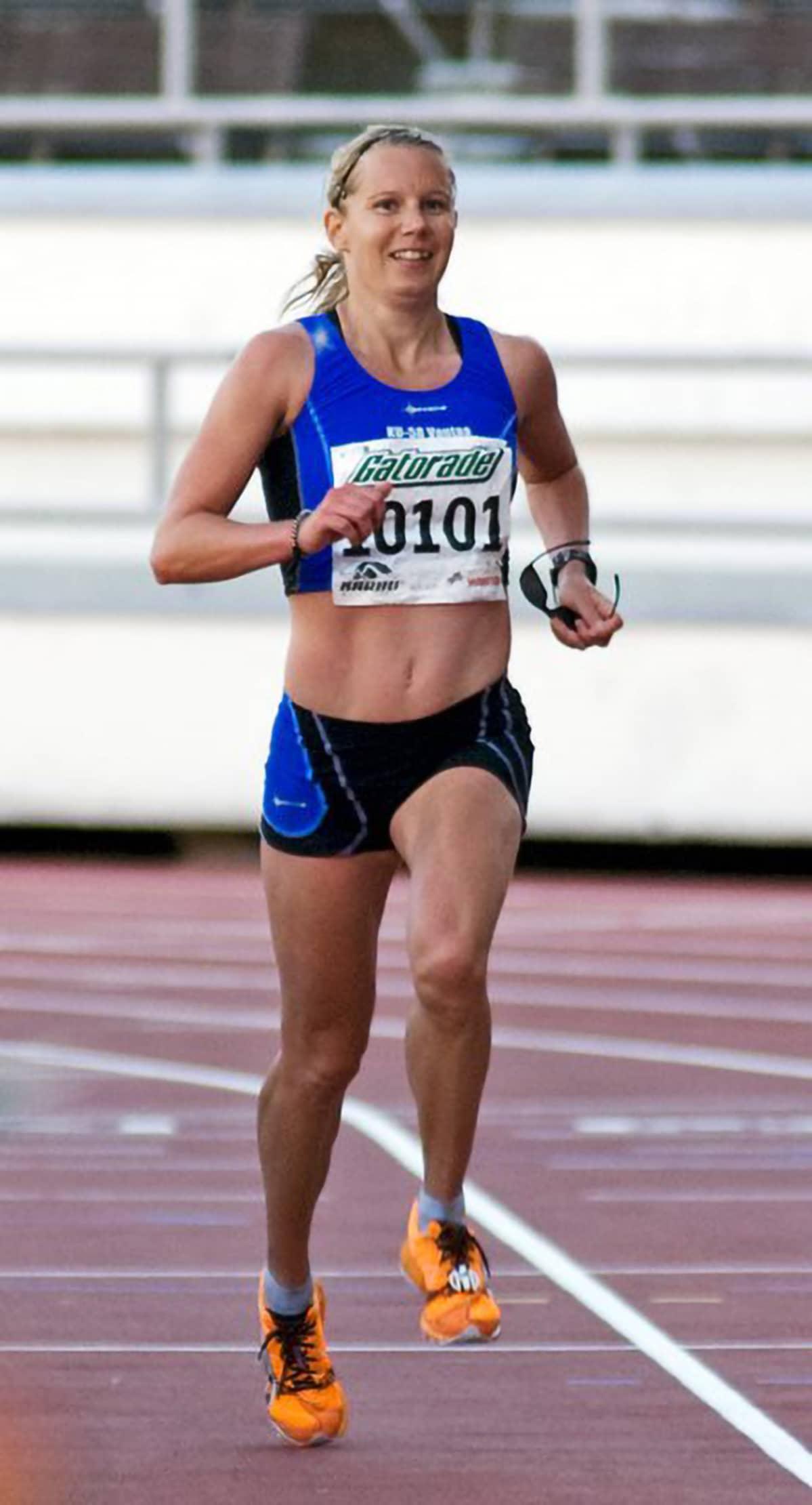 Sanna Kullberg juoksemassa Helsinki City Maratonia vuonna 2011.