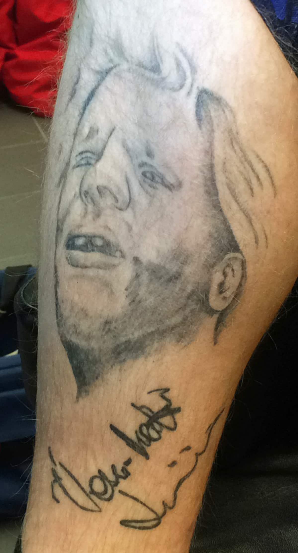 Uuno Turhapuron kuva tatuoituna pohkeeseen.
