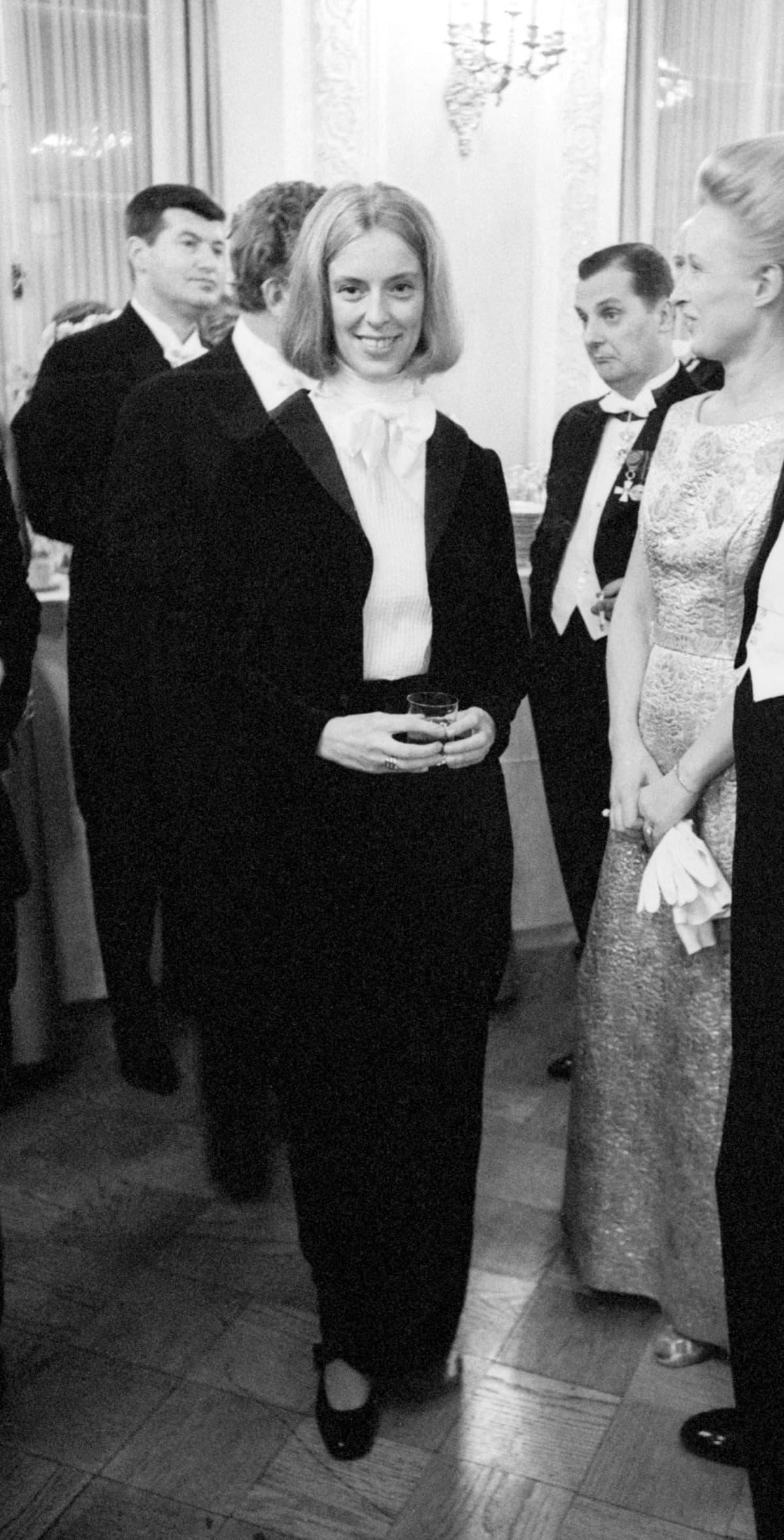 Birgitta Ulfsson pukeutui frakkiin vuonna 1968.