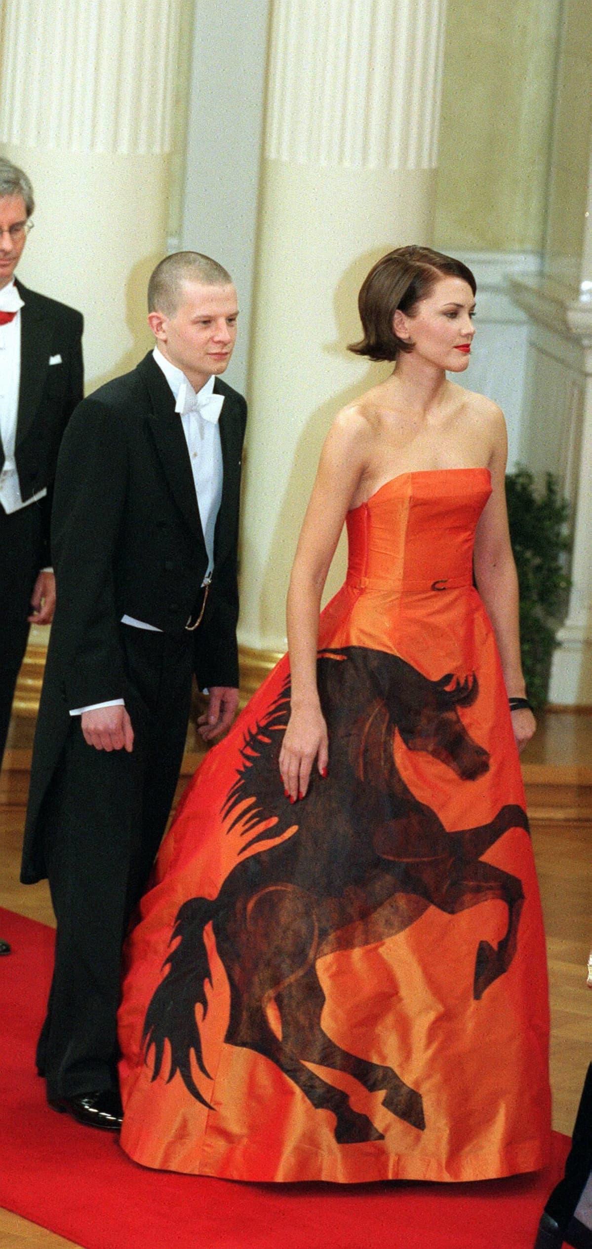 Oopperalaulaja Mari Palon vuoden 2000 juhlassa käyttämä puku on äänestetty ainakin kertaalleen Linnan juhlien kautta aikain upeimmaksi asuksi.
