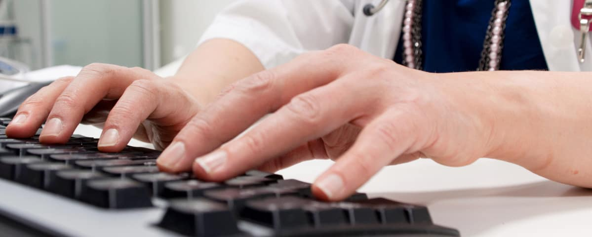Päijät-Hämeen keskussairaalan lääkäri  tekee töitään.