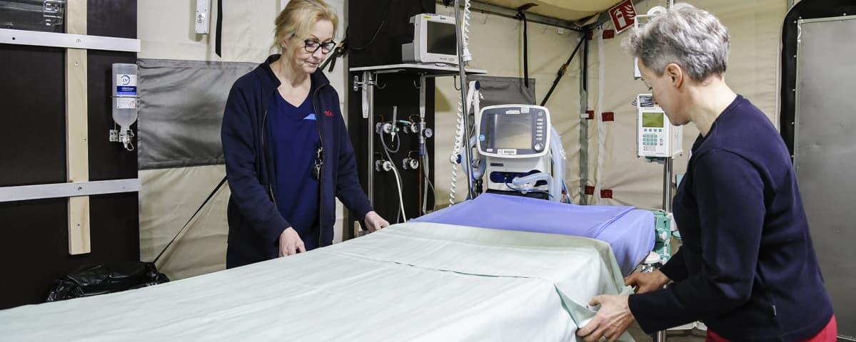 Kuvassa sairaanhoitohenkilökunta työskentelee.