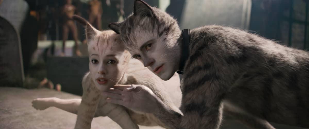 Victoria (Francesca Hayward) ja Munkustrap (Robbie Fairchild) ovat Catsin päähenkilöitä.