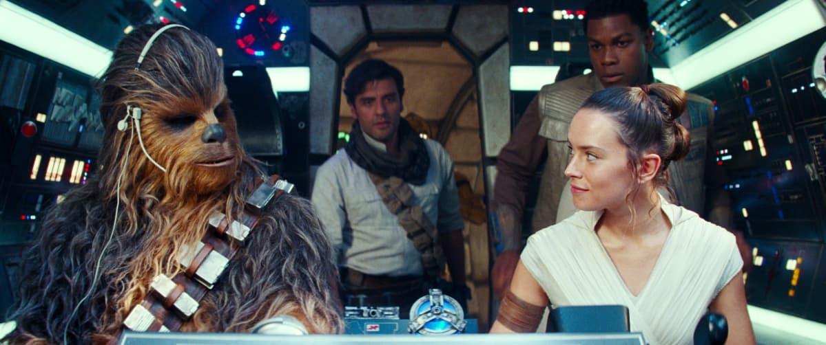 Joonas Suotamo Chewbaccana STAR WARS: THE RISE OF SKYWALKER -elokuvassa avaruusaluksessa.