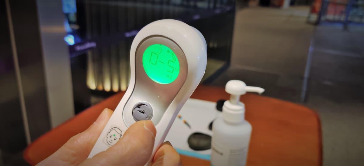 Singaporelaisen hotellin käyttämä ruumiinlämmön mittauslaite koronaviruskriisin aikana maaliskuussa 2020.