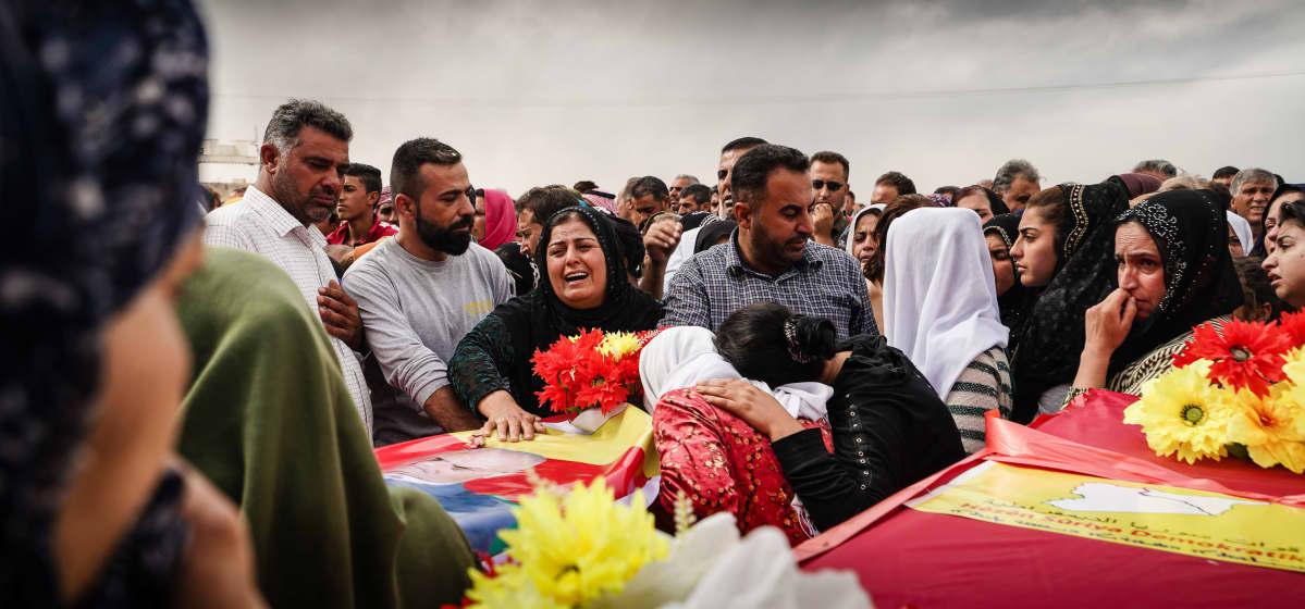 Kurdihautajaiset, Ennen hautaamista kaikki seitsemän arkkua ovat hetken esillä surijoita varten